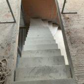 elégant escalier à paillasse sur mesure en béton brut de décoffrage  À Mérignac en Gironde  pour un constructeur