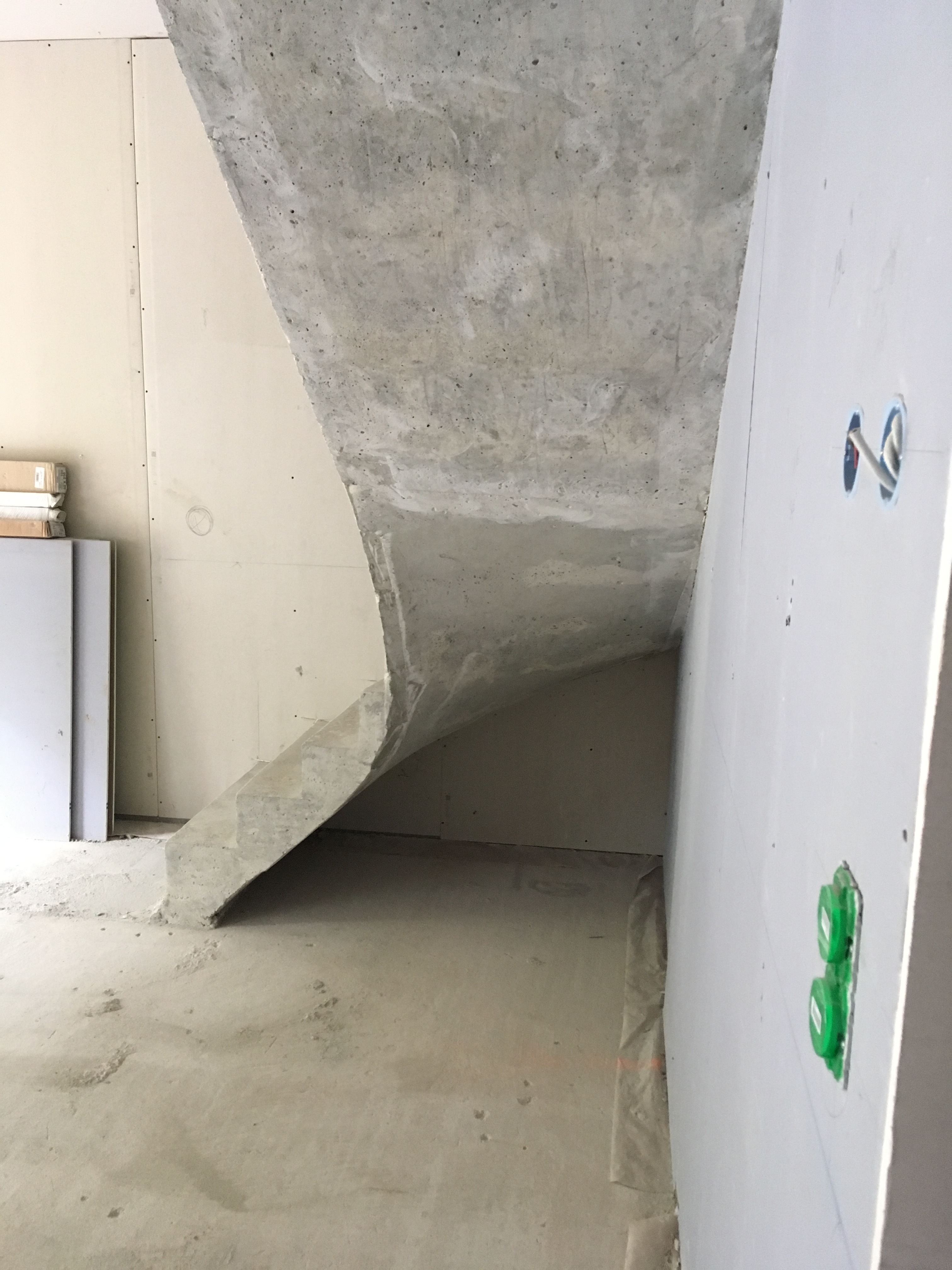 elégant escalier à paillasse un quart tournant en béton brut de décoffrage  à Talence près de Bordeaux  pour un constructeur