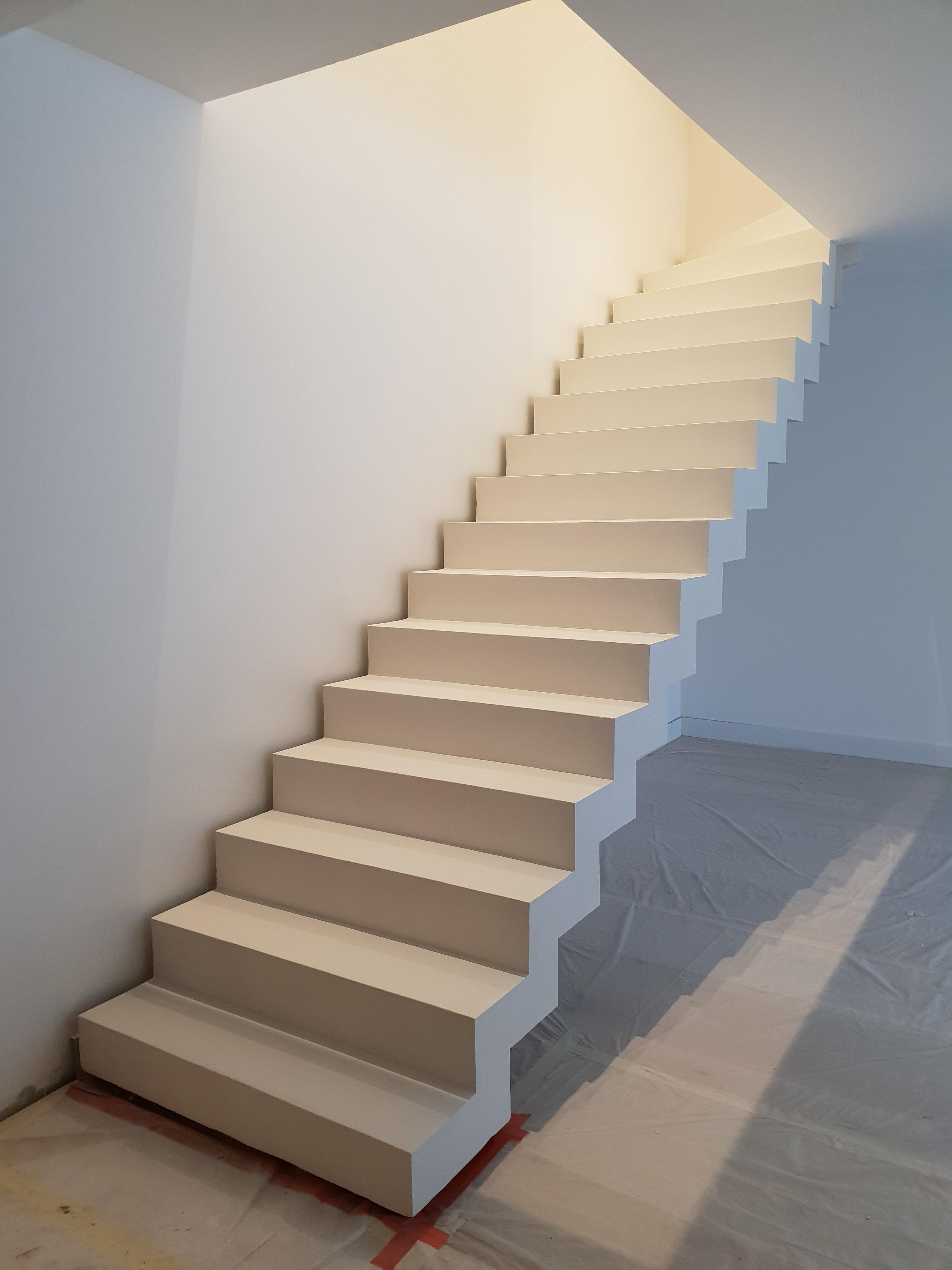 elégant escalier crémaillère avec effet flottant en béton ciré vernis mat couleur everest A Lissieu (69) pour un particulier