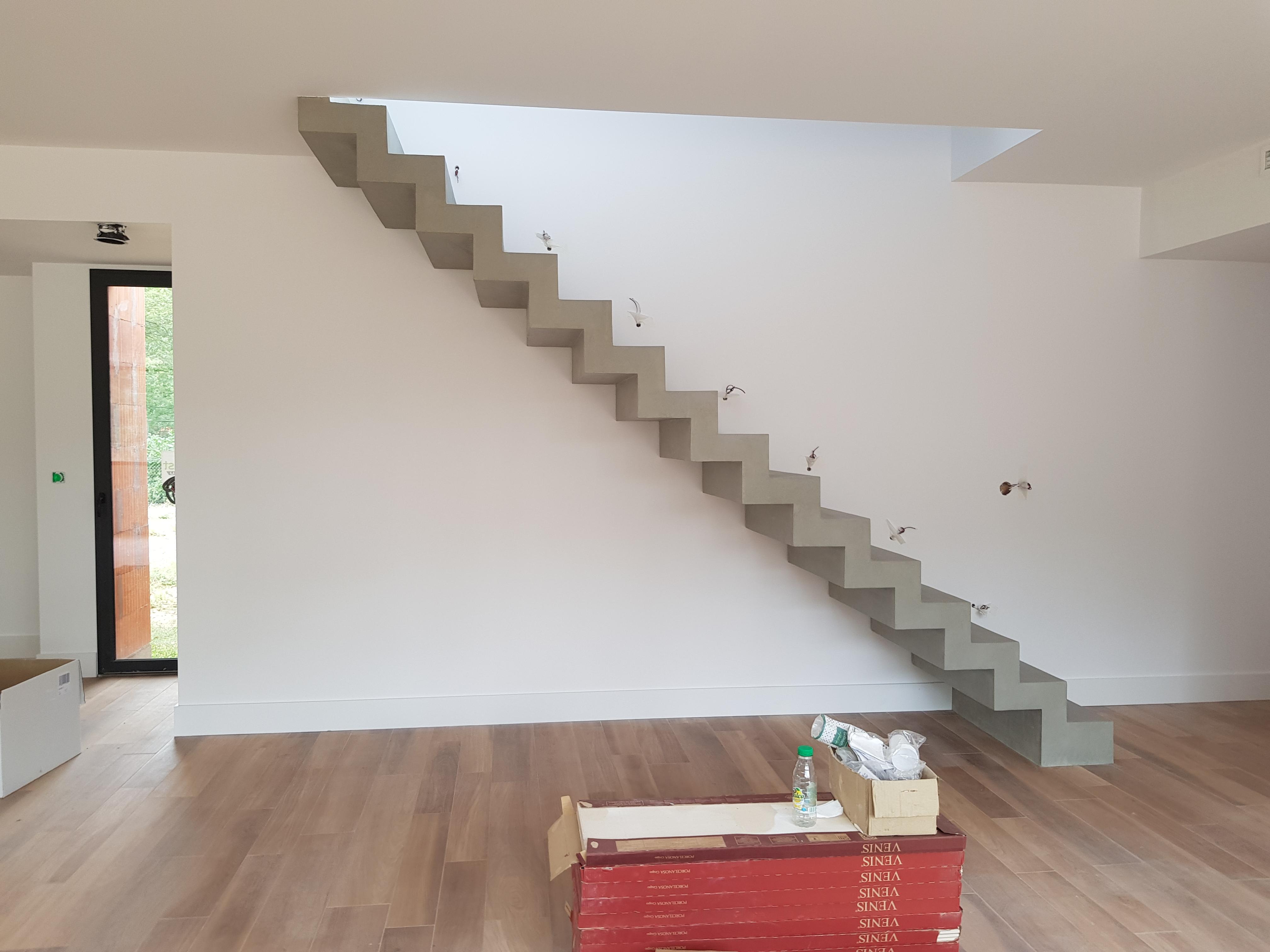 elégant escalier crémaillère contemporain en béton ciré  à Saint bernard pour un maitre d'œuvre