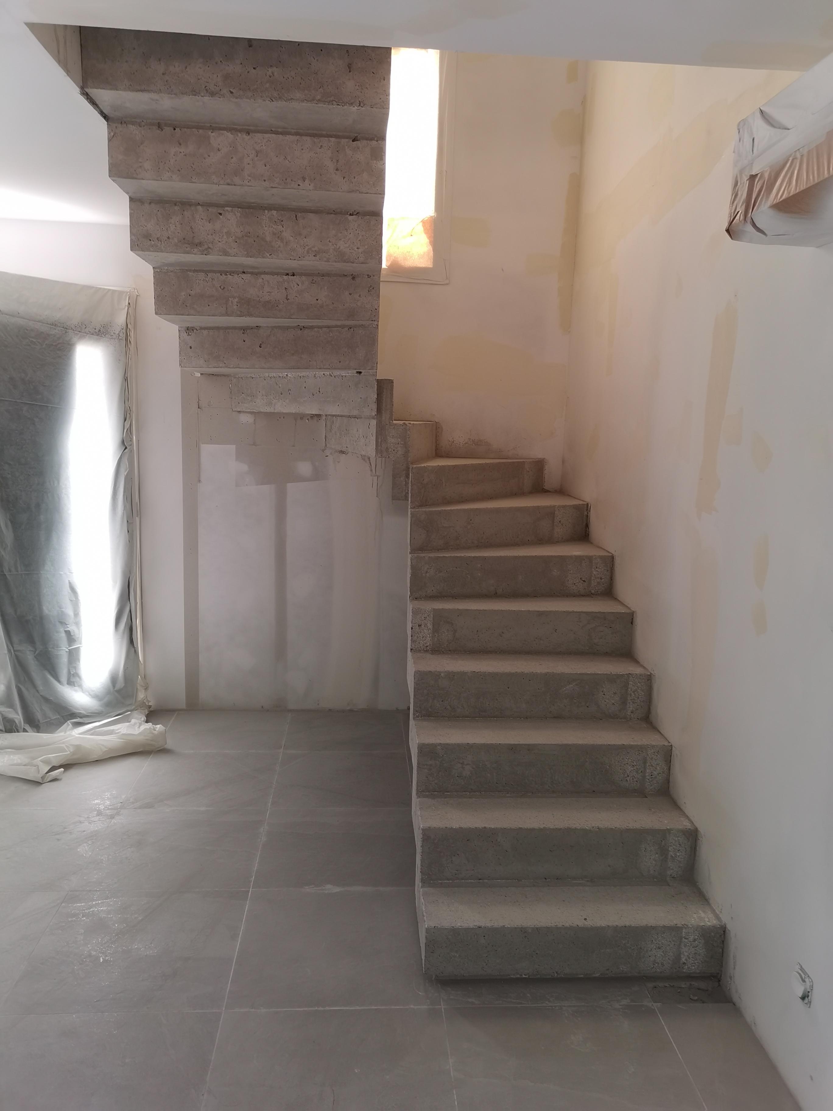 elégant escalier crémaillère deux quart tournant en béton   beaulieu dans le département de l herault (34) pour un particulier