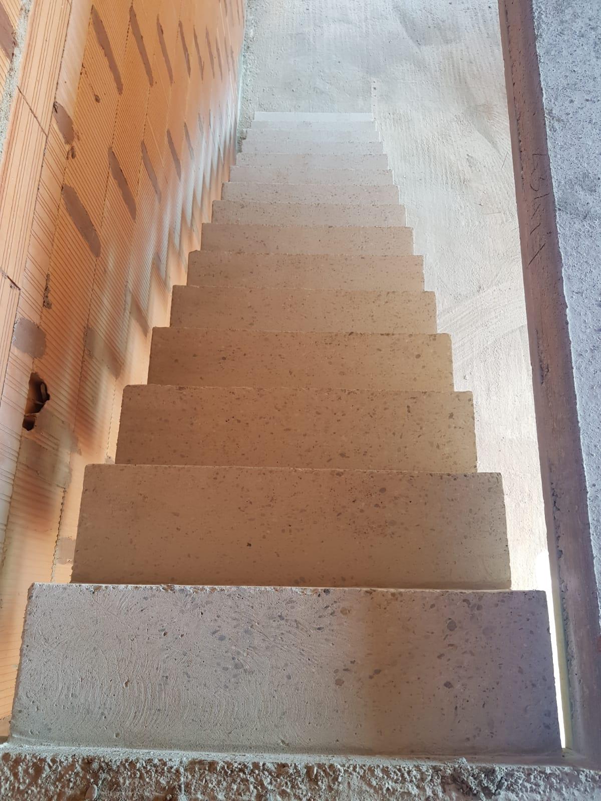 elégant escalier crémaillère d'une salle à manger en béton brut de décoffrage  à Rouffiac tolosan près de Toulouse pour un particulier