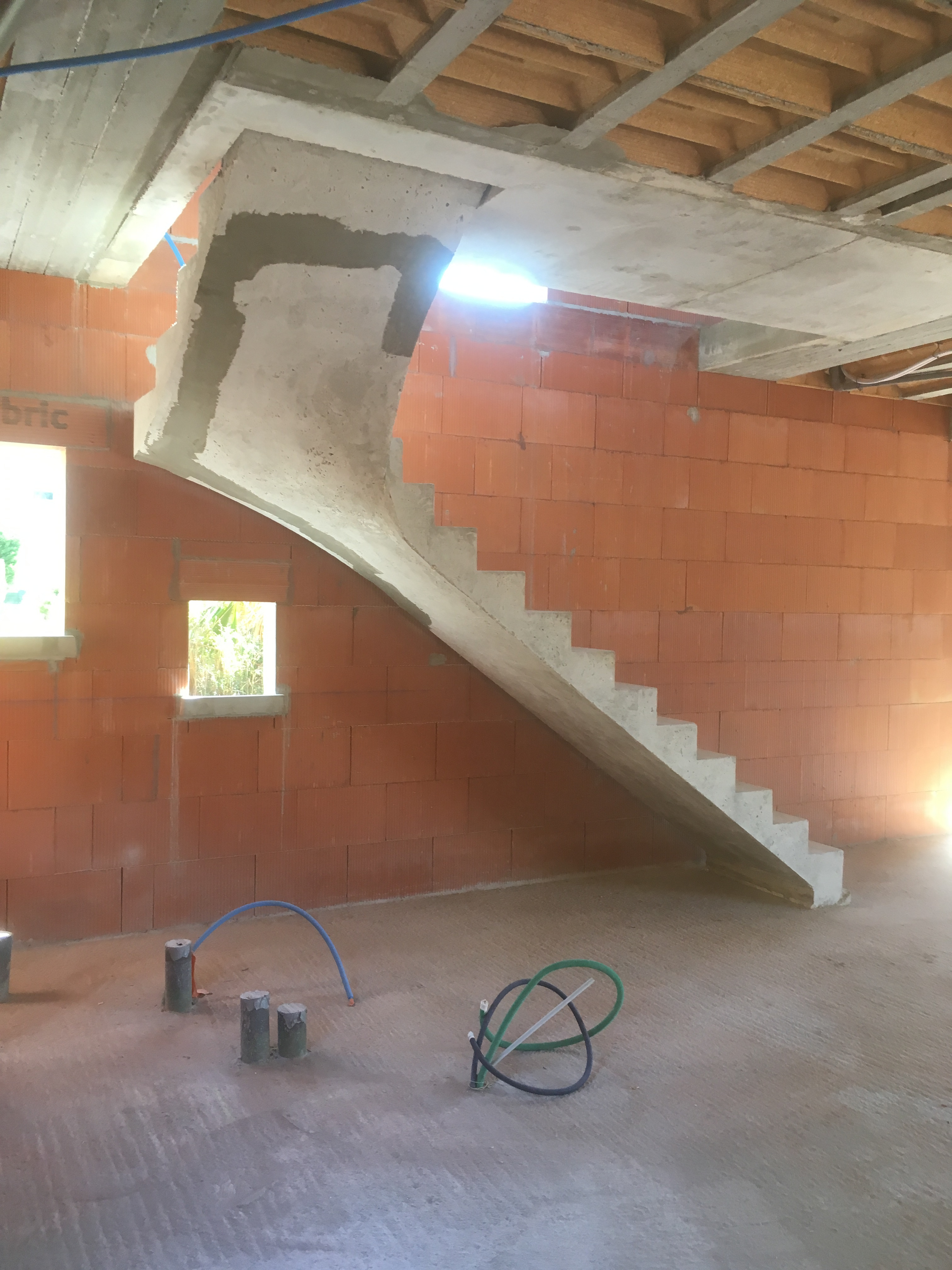 elégant escalier graphique un quart tournant en béton brut de décoffrage  a merignac  pour un constructeur