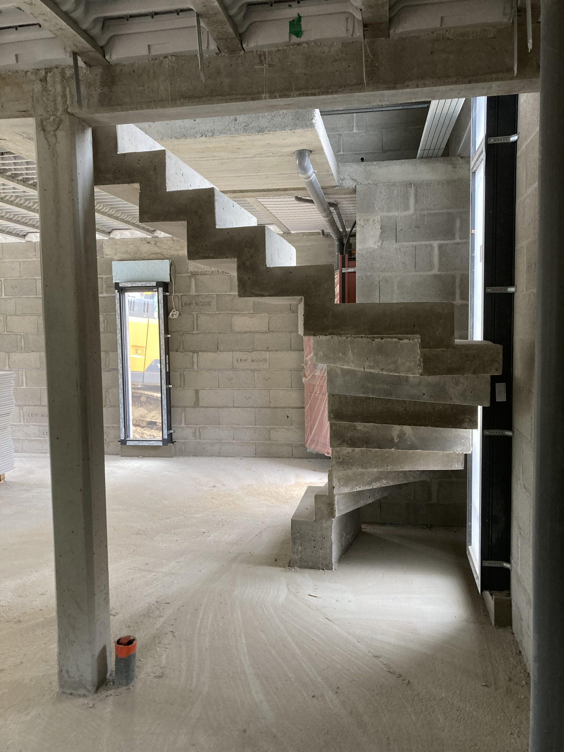 Escalier à crémaillère en béton deux quart balancé coulé sur place