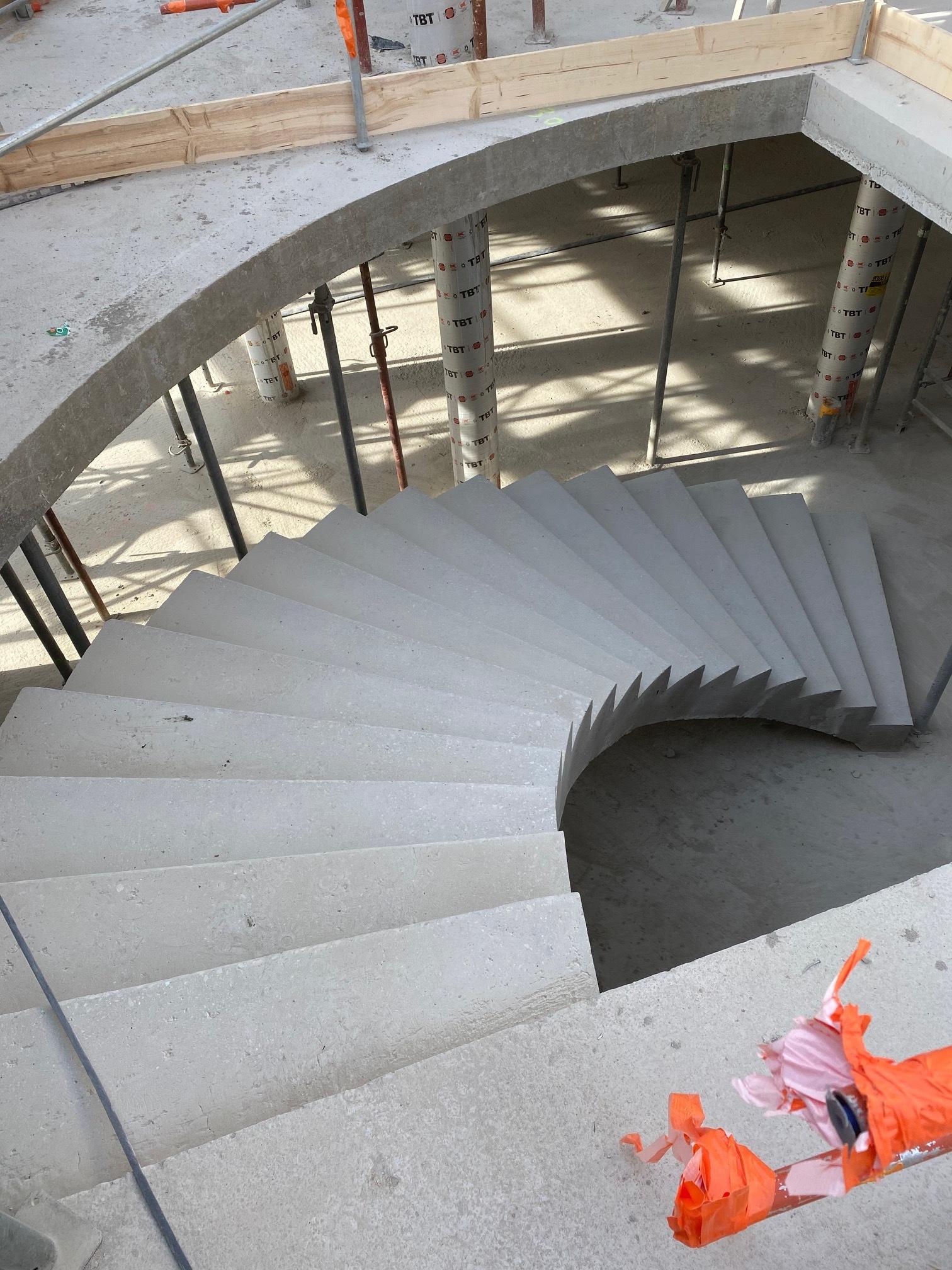 escalier à paillasse architectural en béton brut de décoffrage  aux saintes Marie de la mer dans un musée  pour un maitre d'œuvre Rémi de Scal'in PACA