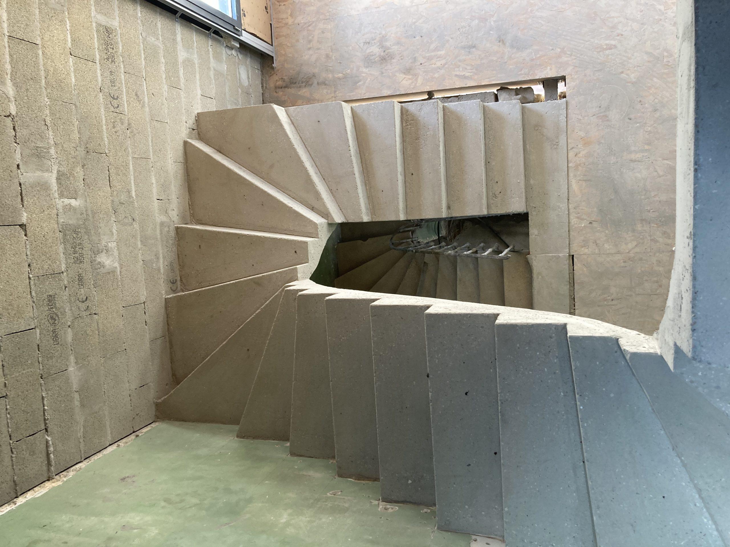 Escalier à paillasse en béton brut de décoffrage