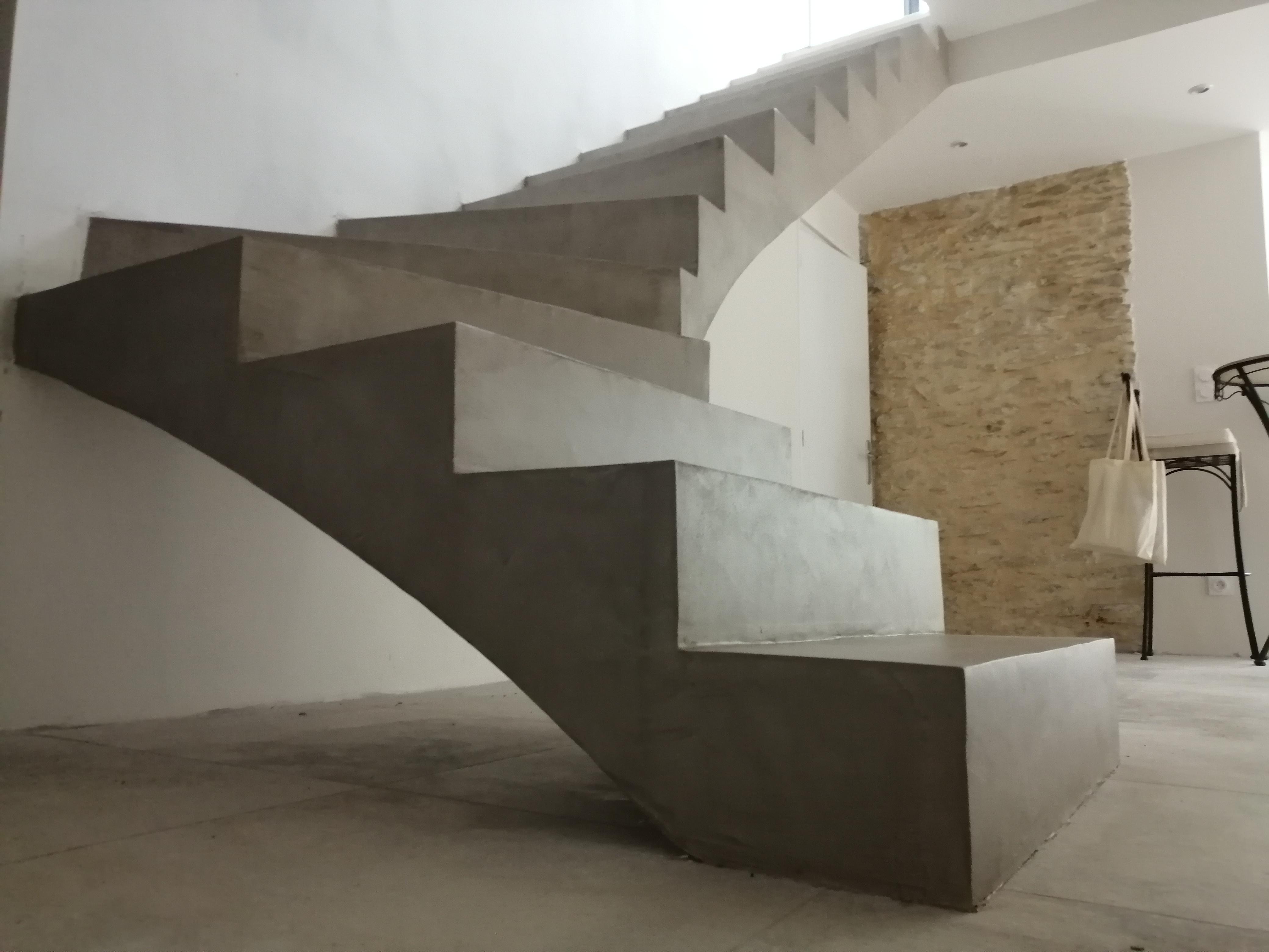 escalier à paillasse un quart balancé en béton ciré vernis mat couleur galet original à nimes pour un particulier