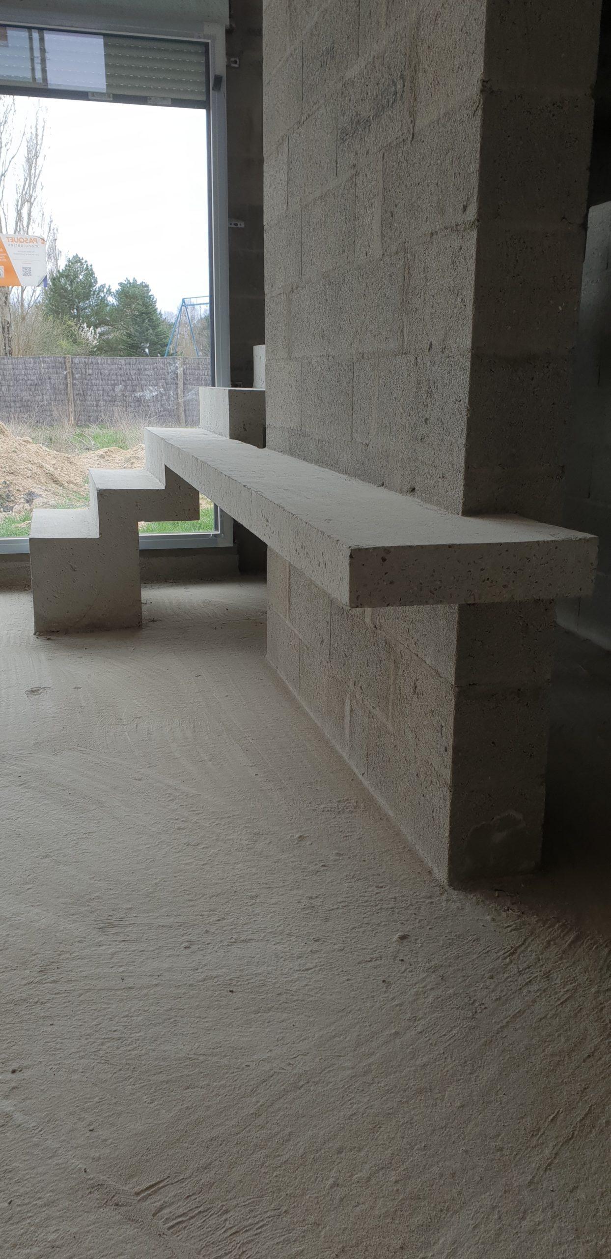 Escalier avec son meuble de télévision en béton