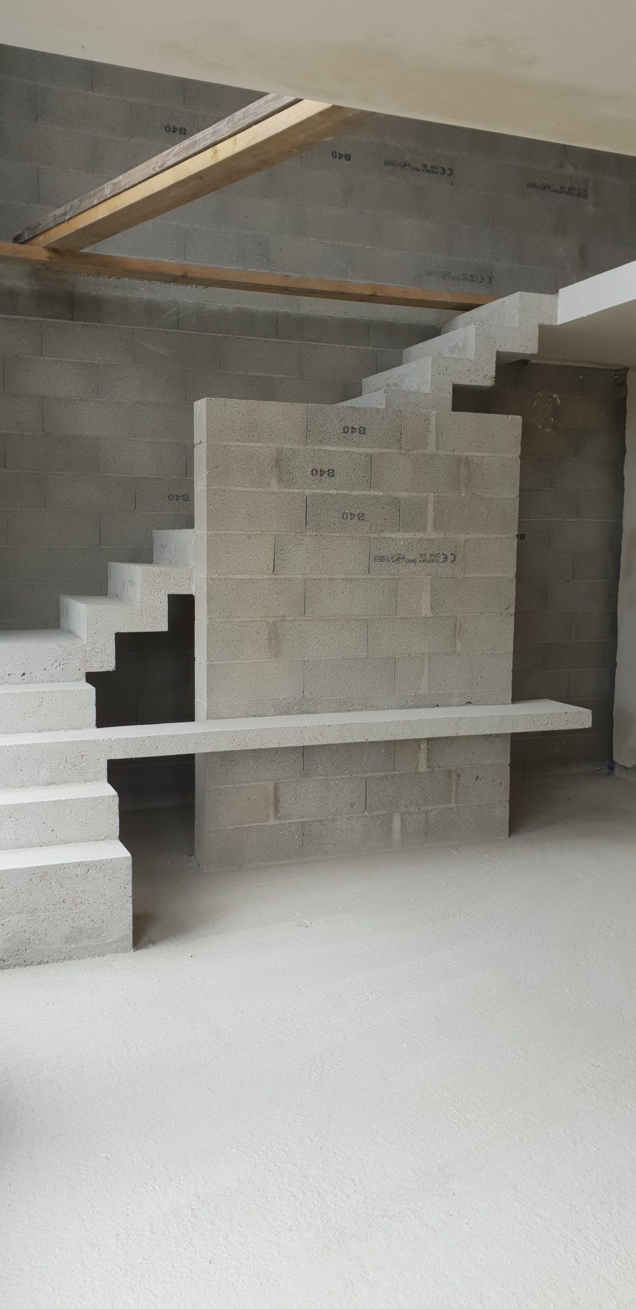 Escalier avec tablette en béton