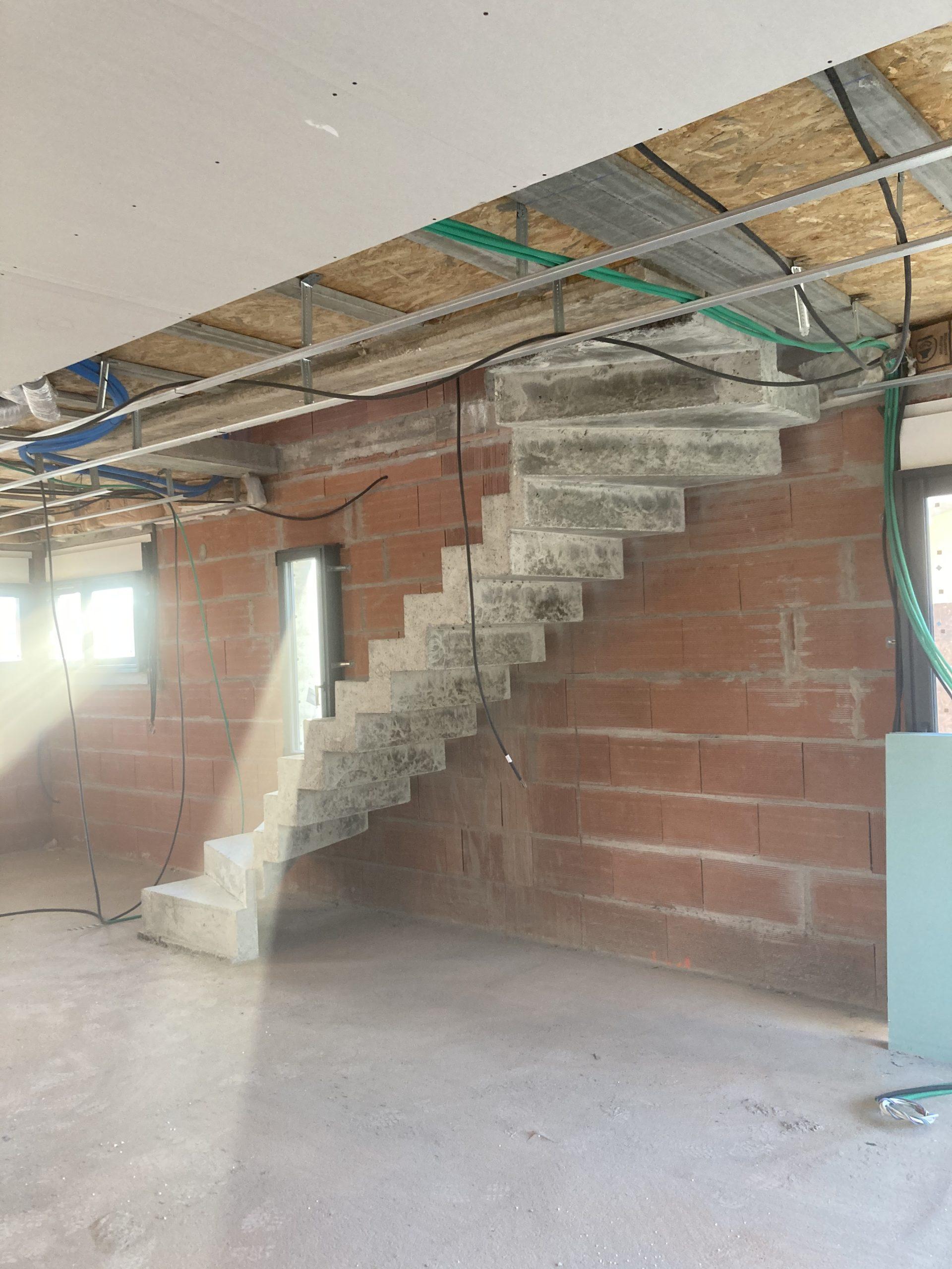 escalier béton 2/4 tournant dans une maison en construction près de Bordeaux