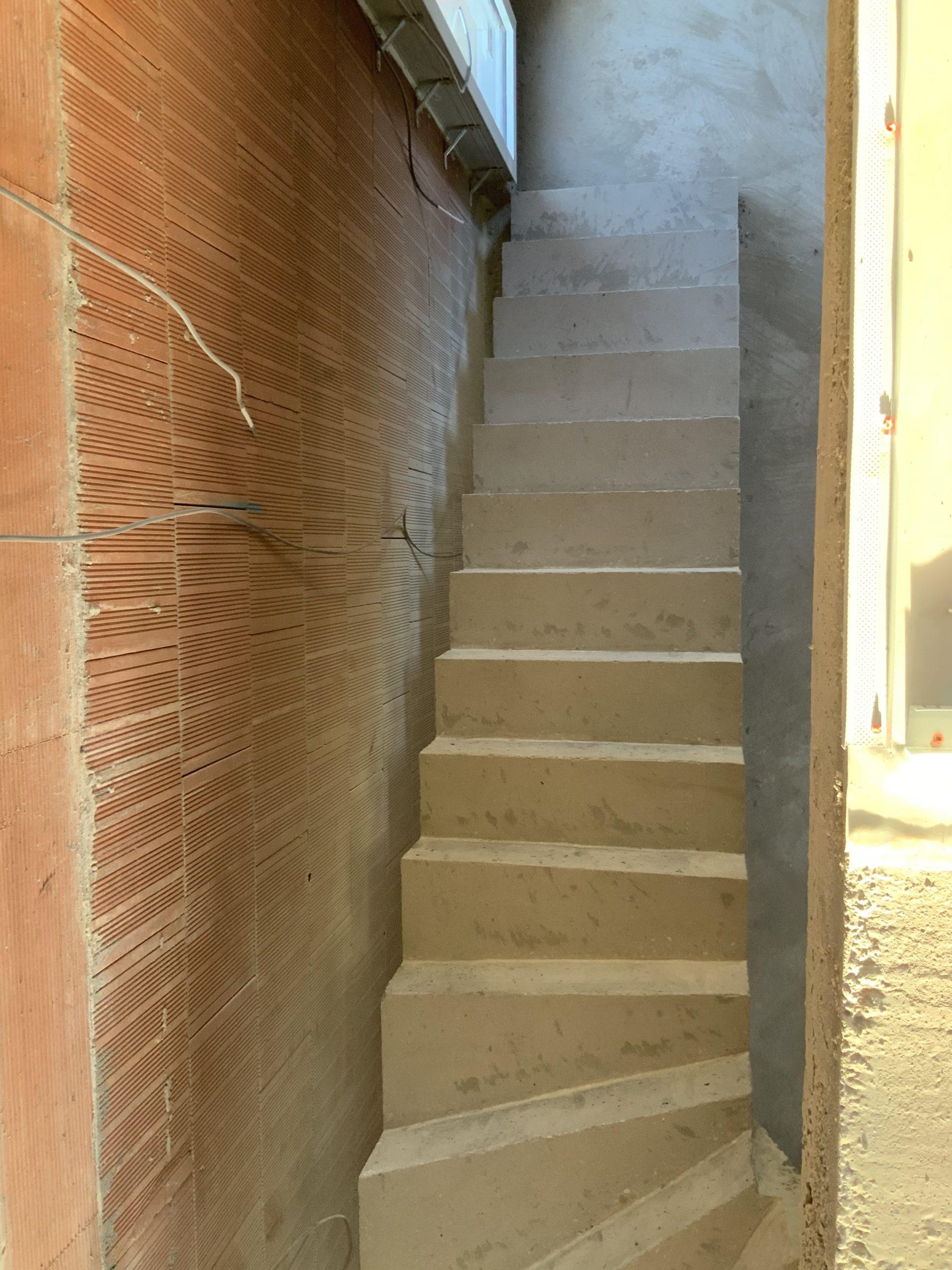 escalier béton à paillasse   d'une maison individuelle  en béton brut de décoffrage  À Bruges près de Mérignac et Bordeaux en Gironde  pour un constructeur Scal in Aquitaine