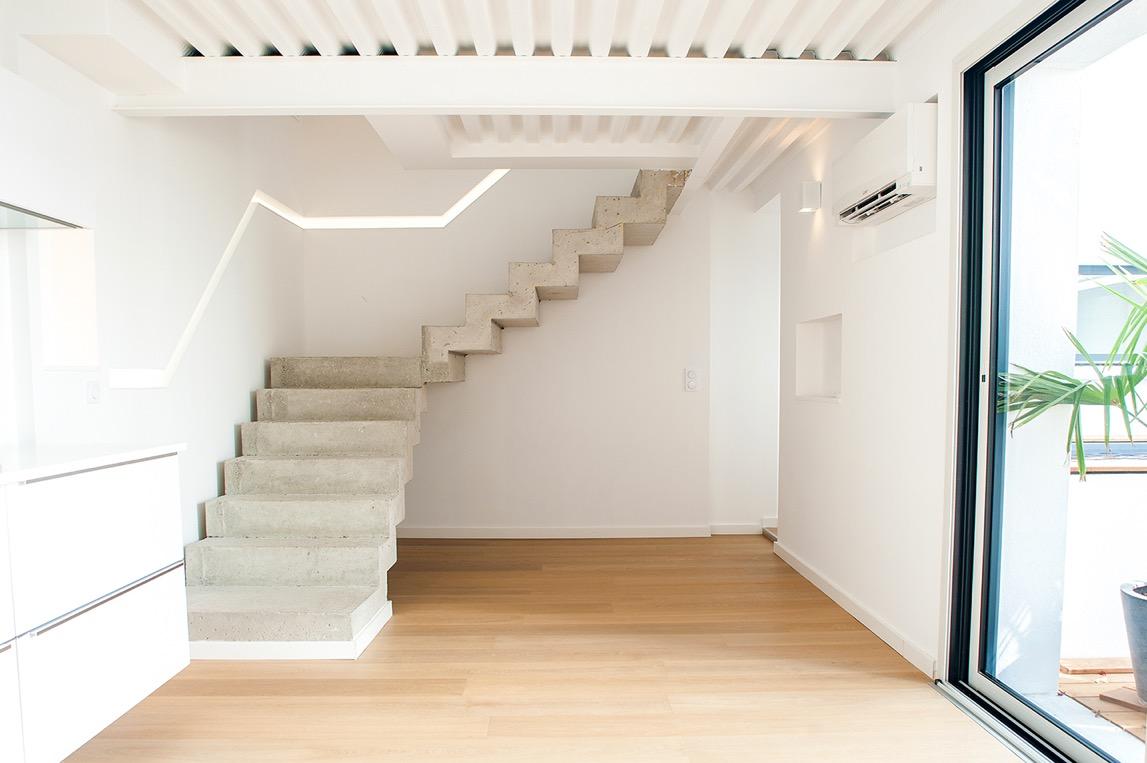 Escalier béton arrivant sur un plancher collaborant