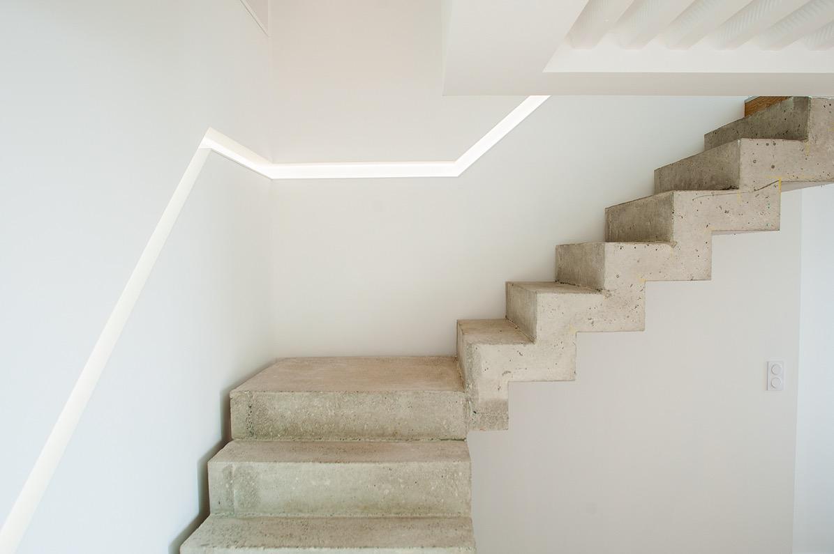 Escalier béton avec main courante rétro-éclairage