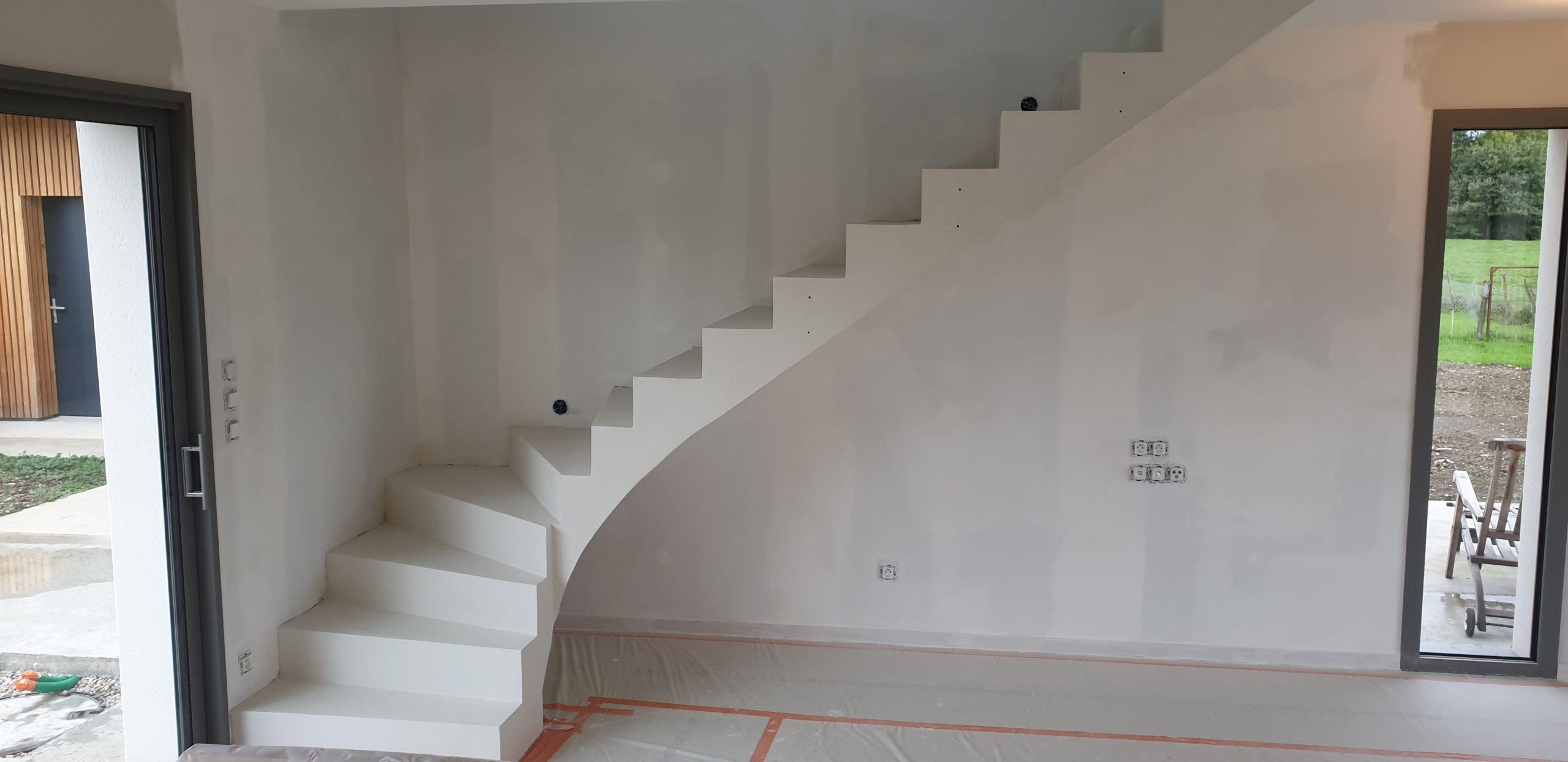 Escalier béton avec un habillage béton ciré blanc crème sur toute sa surface