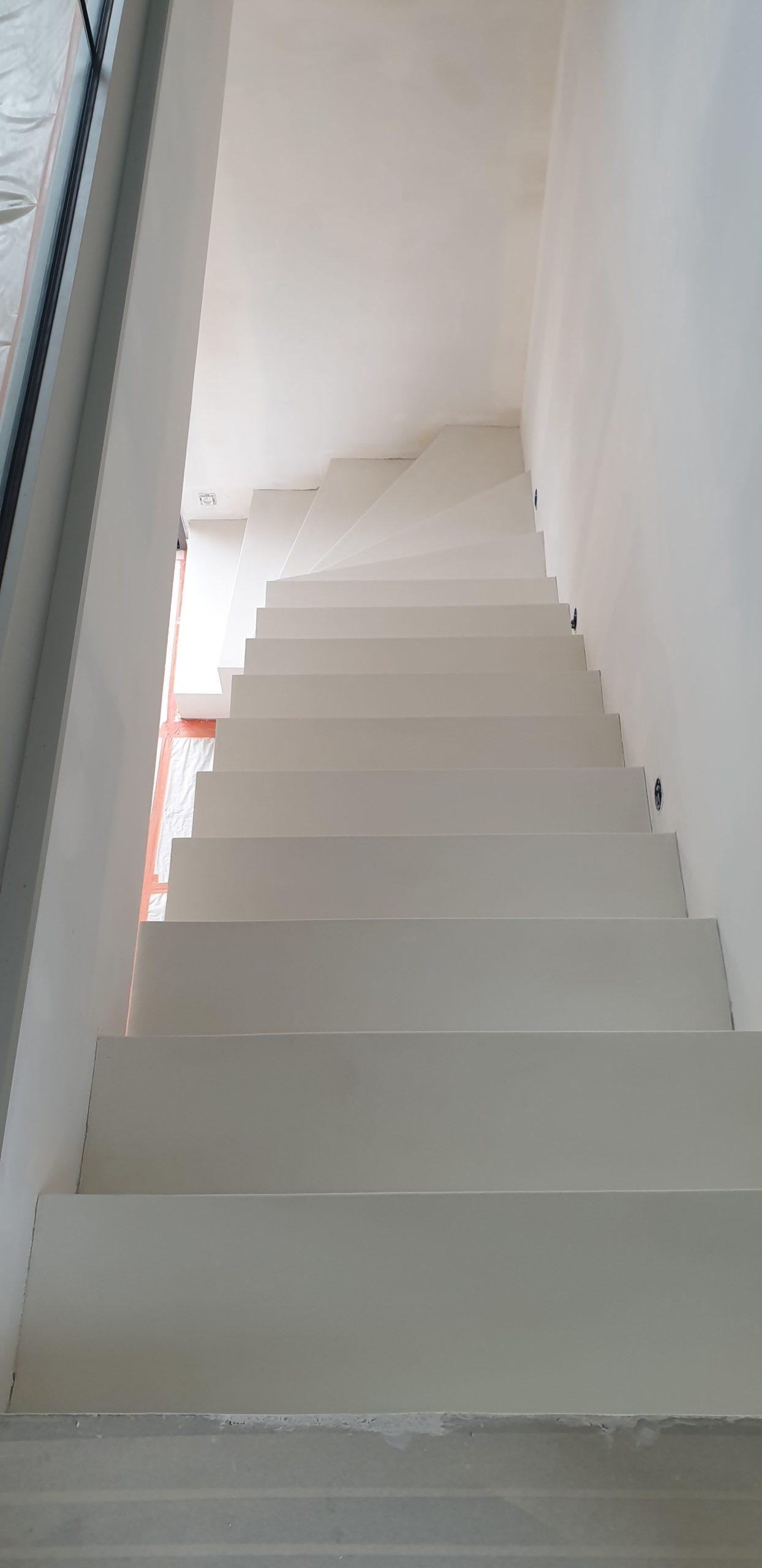 Escalier béton avec une finition simplifiée en béton ciré blanc