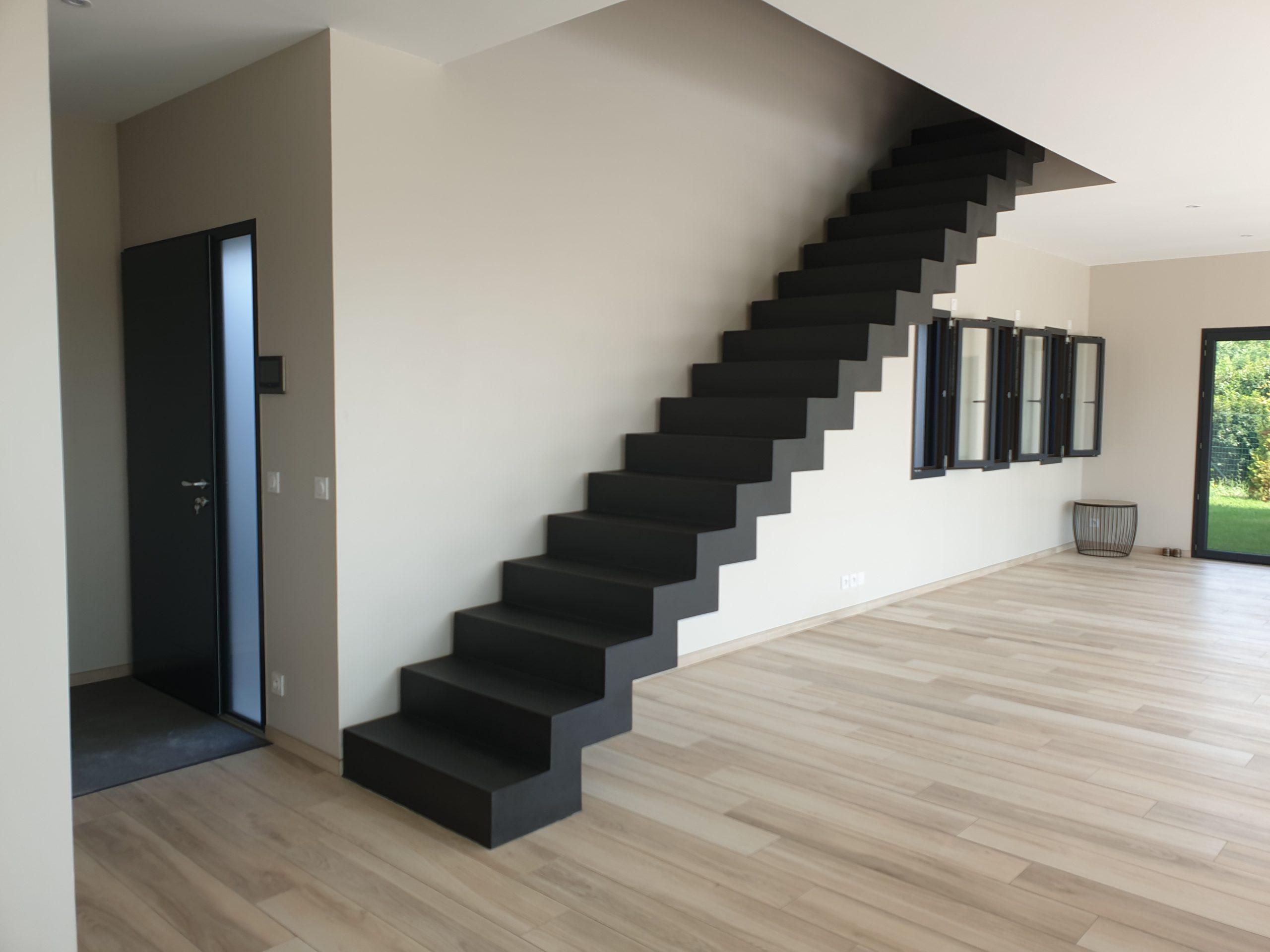 Escalier béton contemporain à l'entrée d'une villa