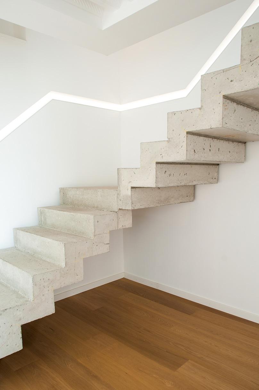 Escalier béton contemporain avec parquet bois