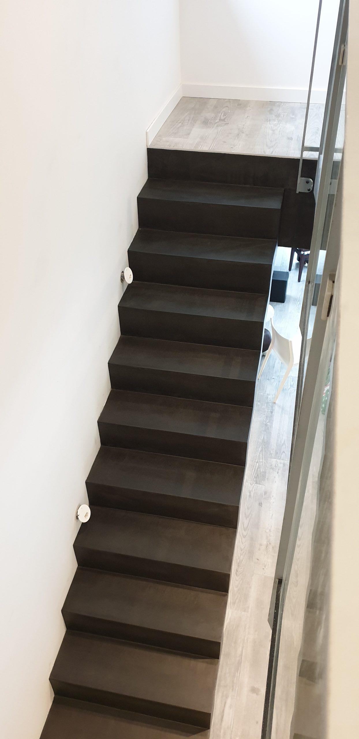 Escalier béton couleur ardoise