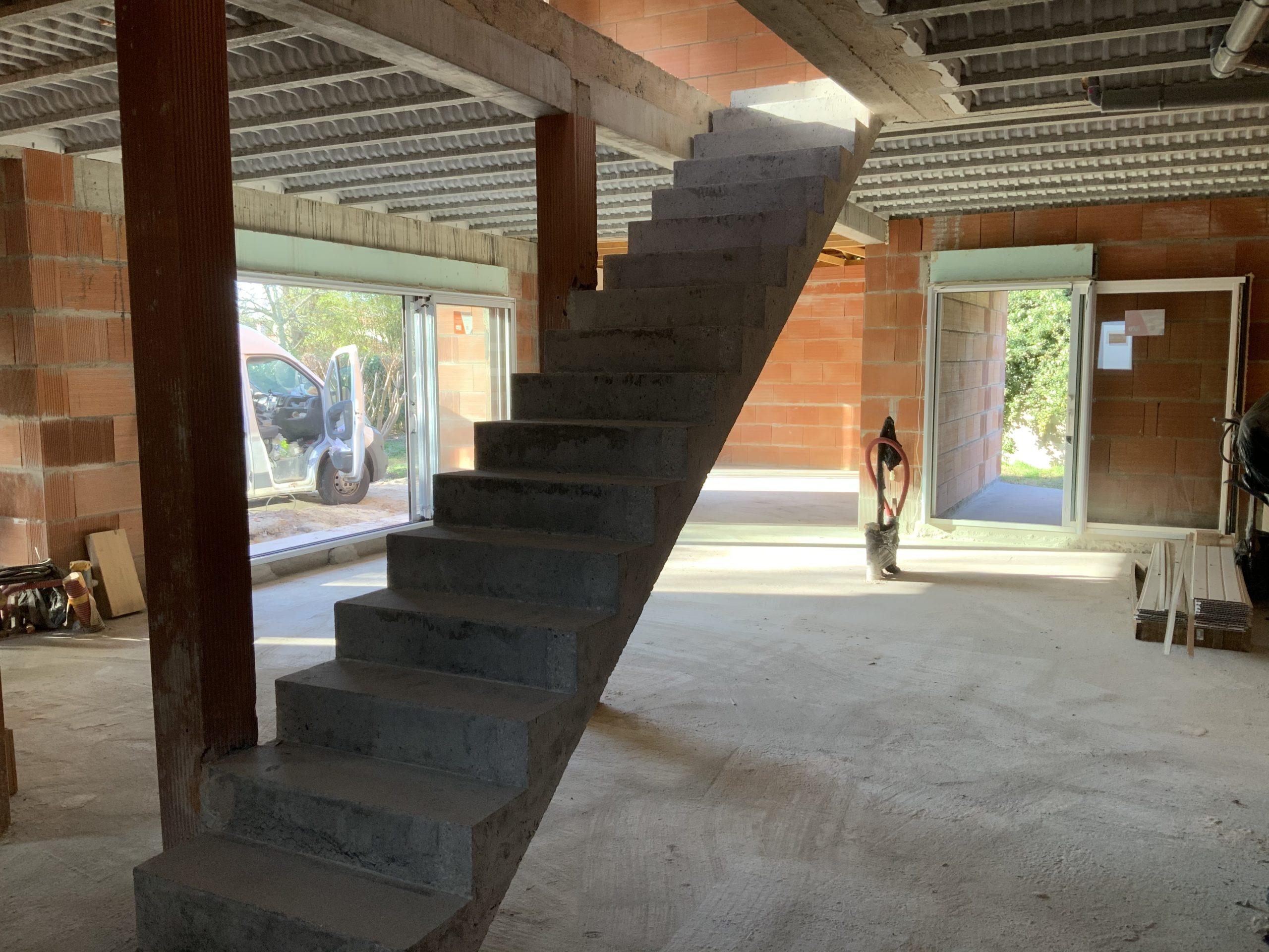 Escalier beton dans un maison en construction entre Bordeaux et Biganos