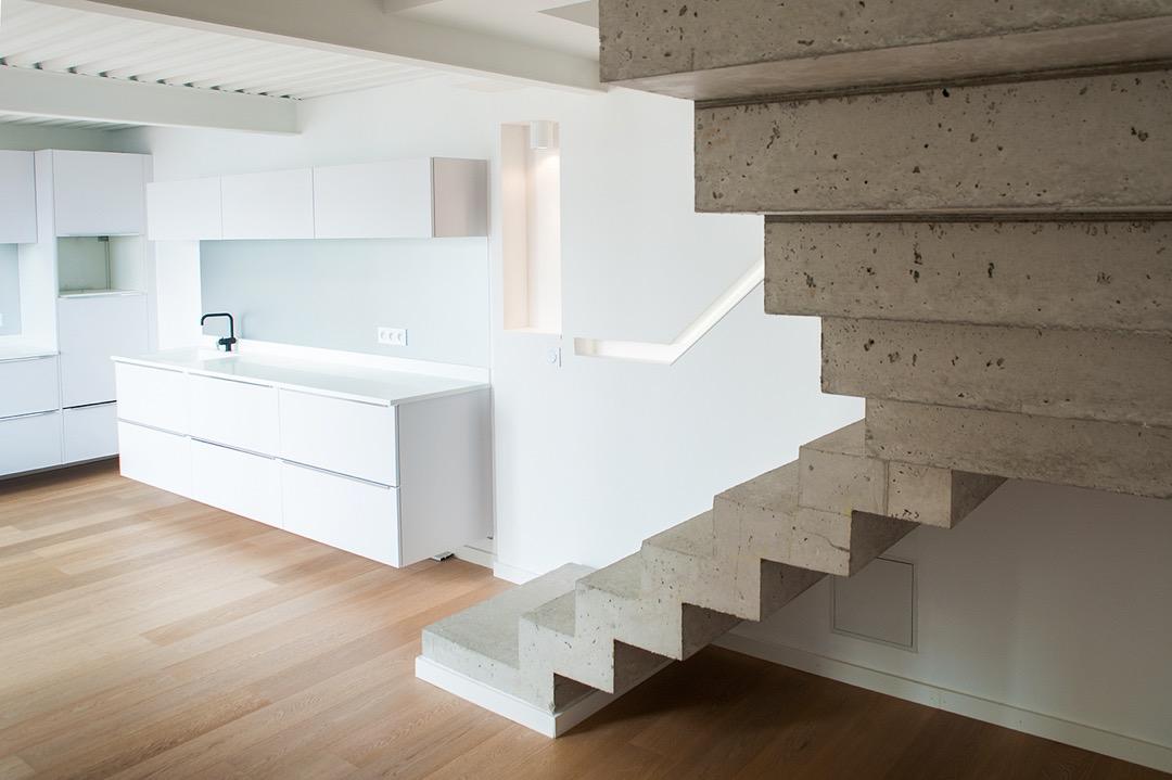 Escalier béton dans une maison individuelle architecturale