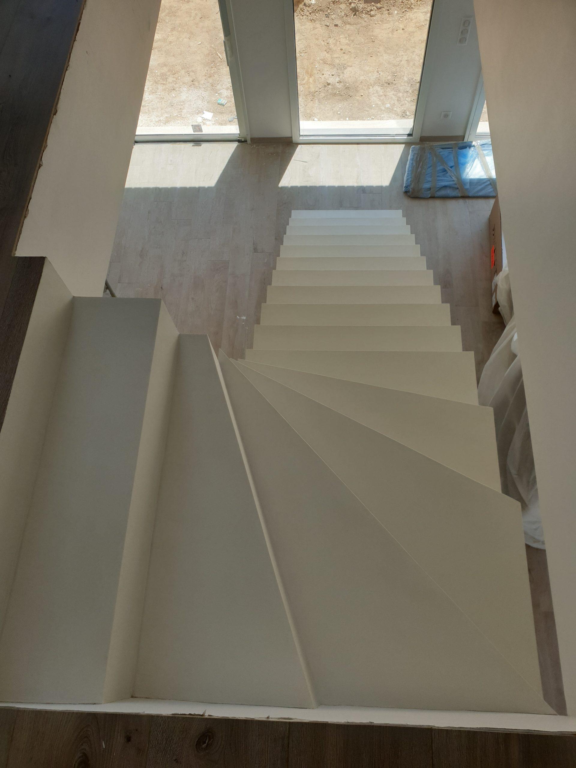 Escalier béton décoré en béton ciré blanc