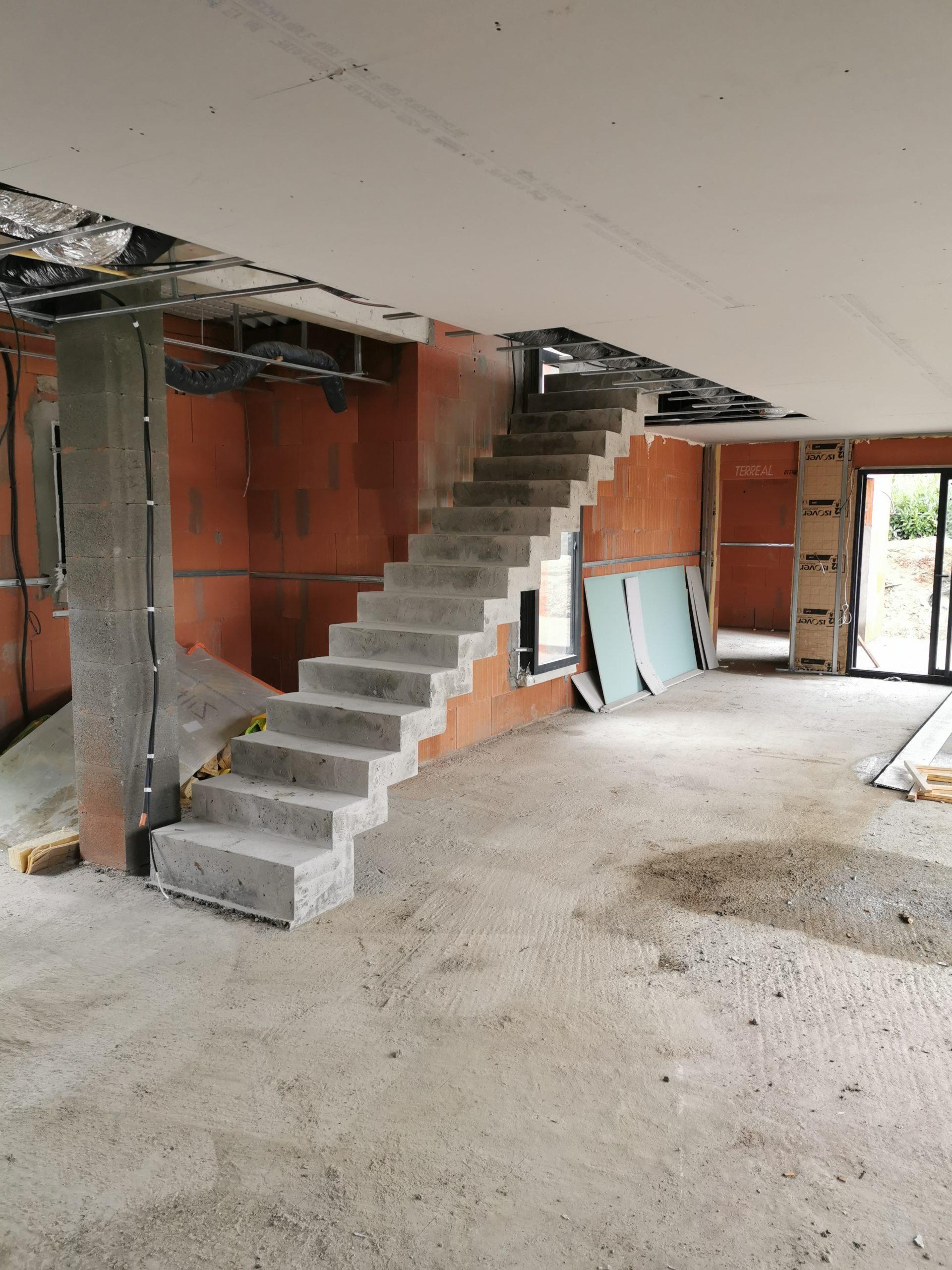 Escalier béton design dans une maison individuelle