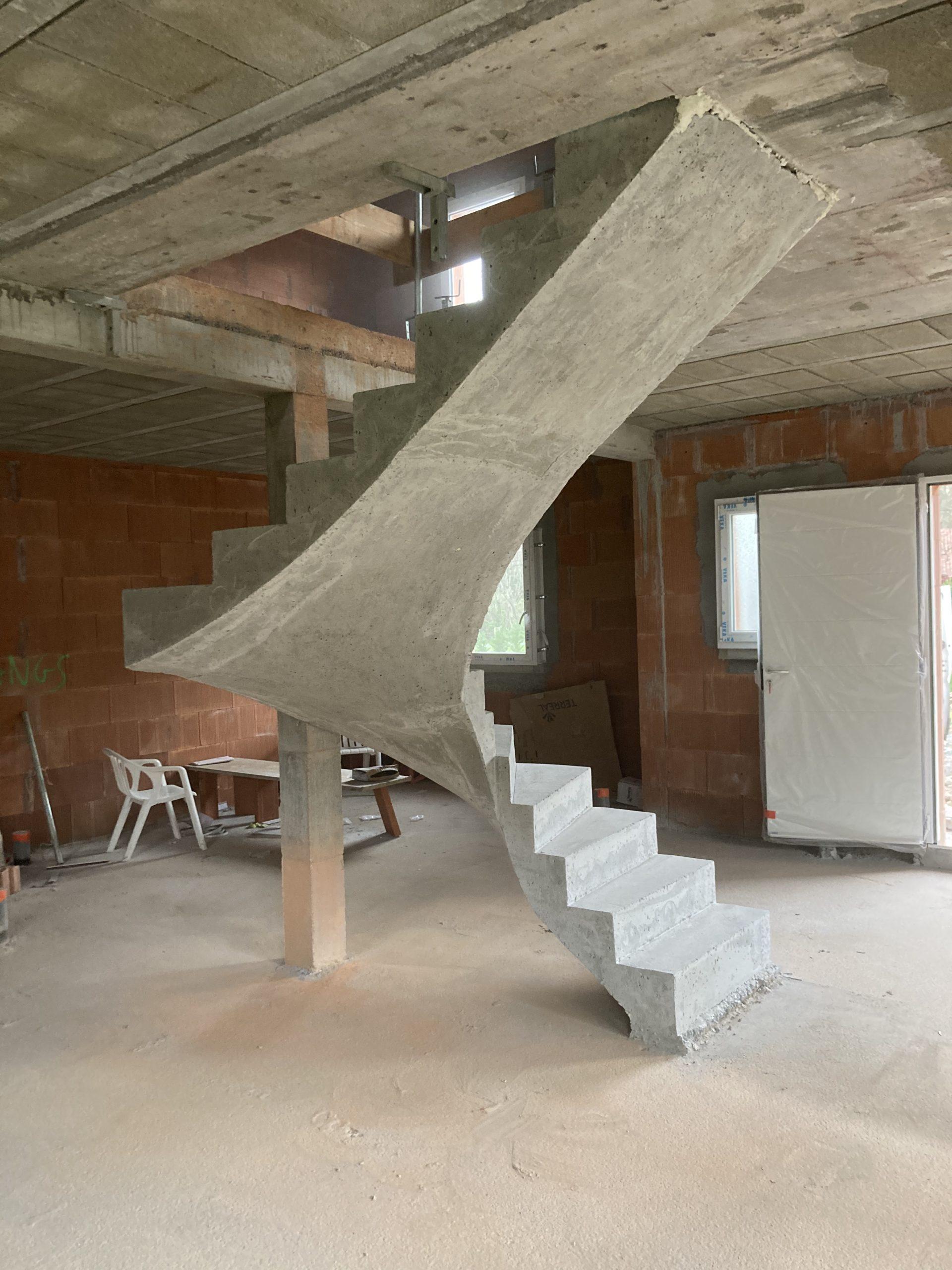 escalier béton deux quart balancé en béton brut de décoffrage