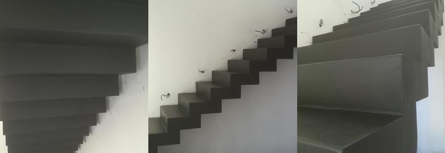 escalier en béton ciré droit à crémaillère dans le Gard
