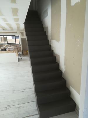 escalier béton droit en béton ciré