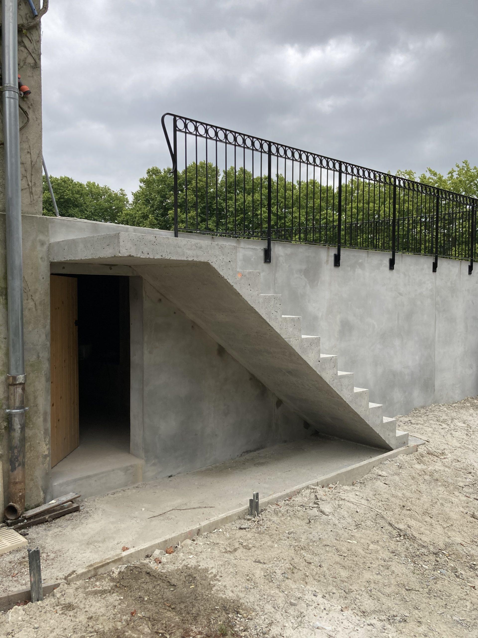 Escalier béton extérieur à Aire de l'Ardan