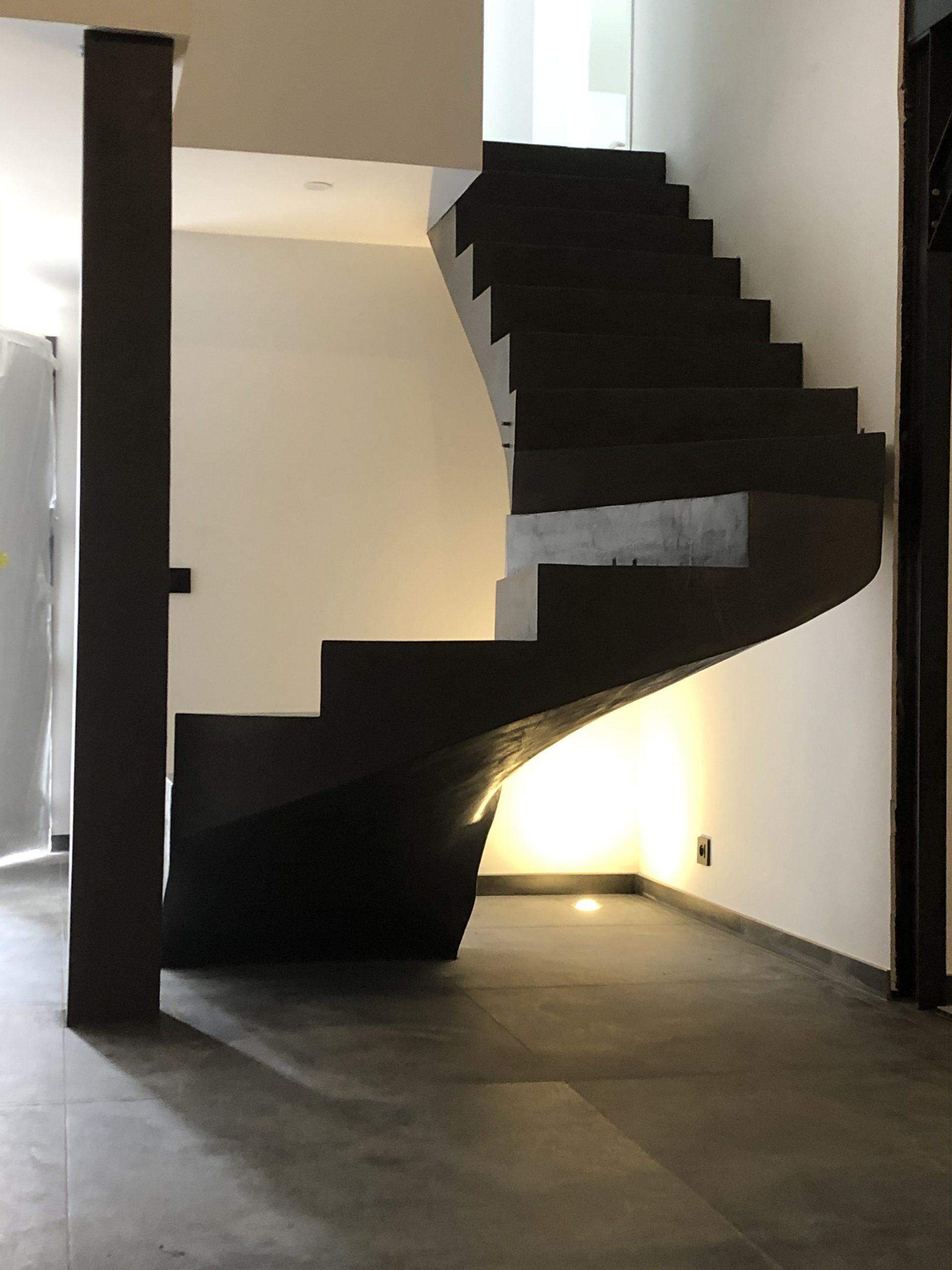 escalier béton hélicoïdal  avec une lumière centrale couleur platinium en béton ciré vernis soyeux  à La Flotte sur l'île de ré près de la Rochelle pour un architecte par scal'in Charente Maritime