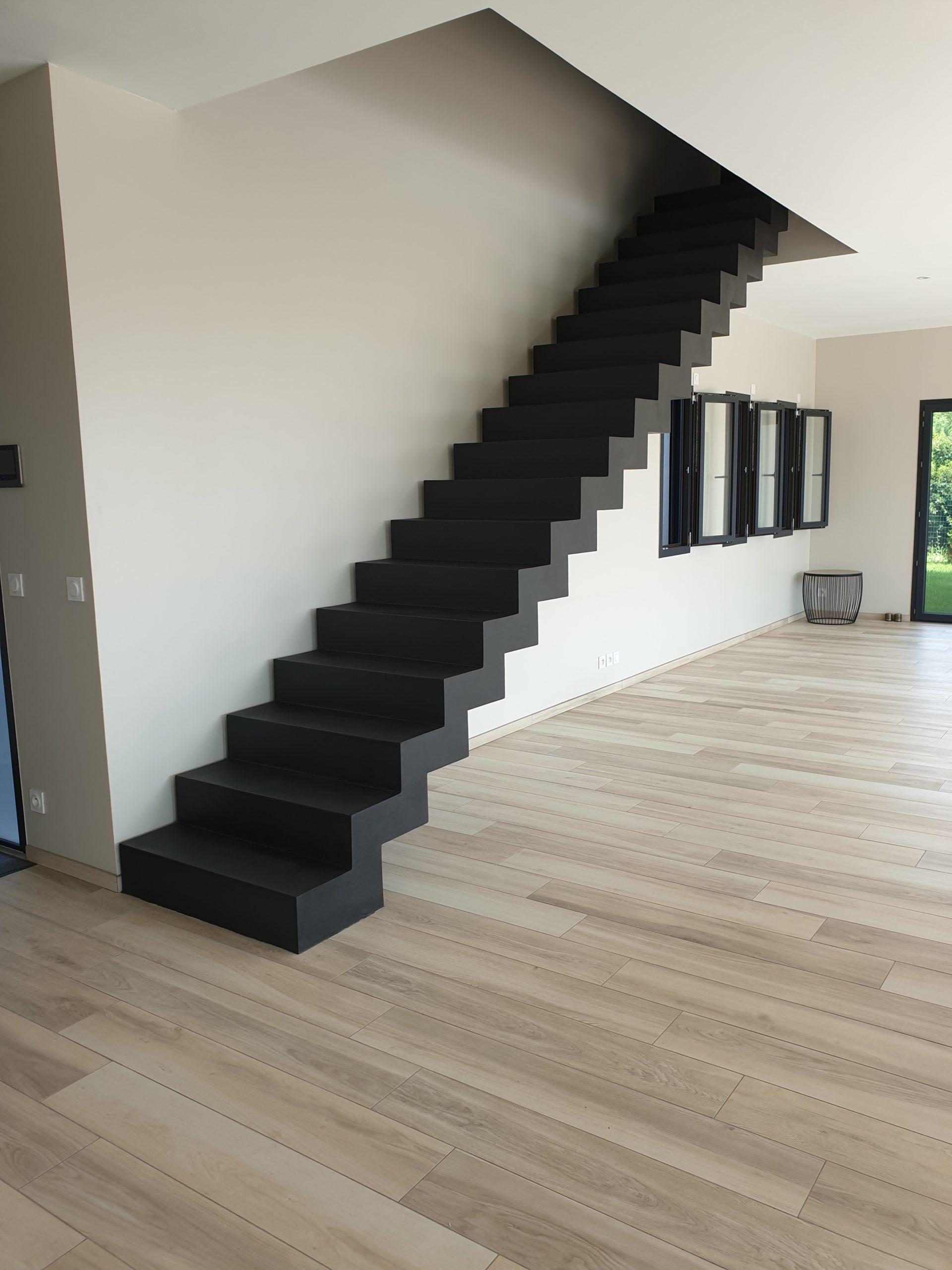 Escalier crémaillère sublimé par l'application d'un béton ciré couleur ardoise
