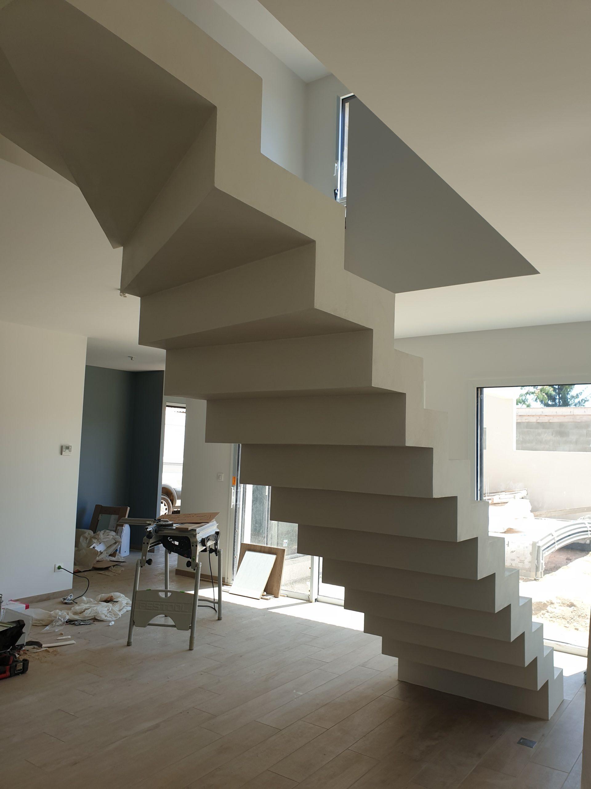 Escalier design dans un salon