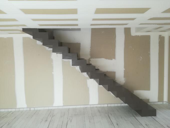 escalier droit en béton à crémaillère