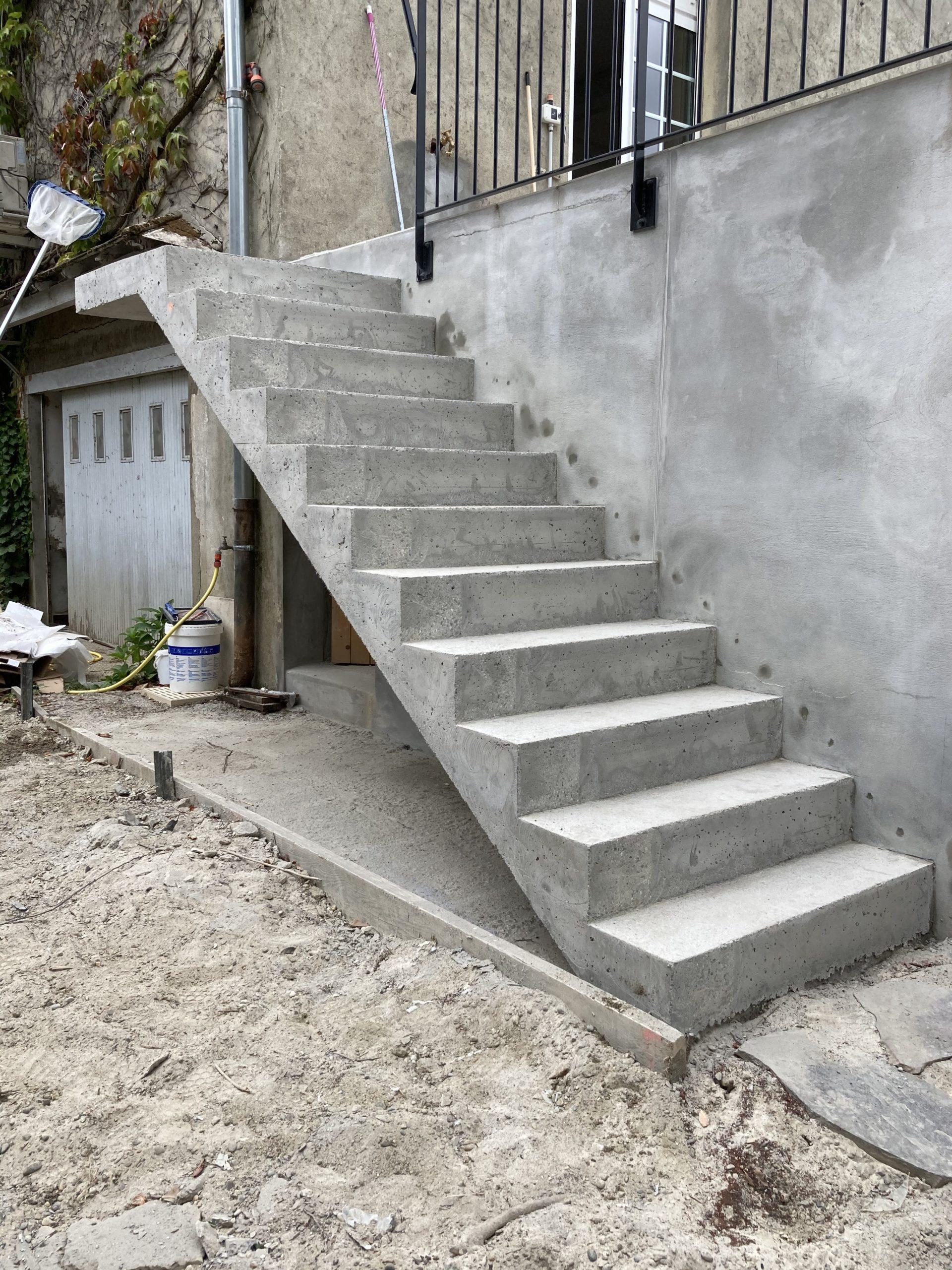 Escalier droit extérieur près de mont de Marsan