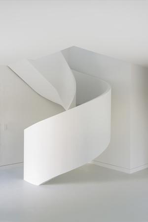 escalier en béton hélicoïdal avec garde corps plâtré face