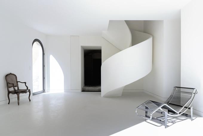 escalier en béton hélicoïdal suspendu avec garde corps en béton