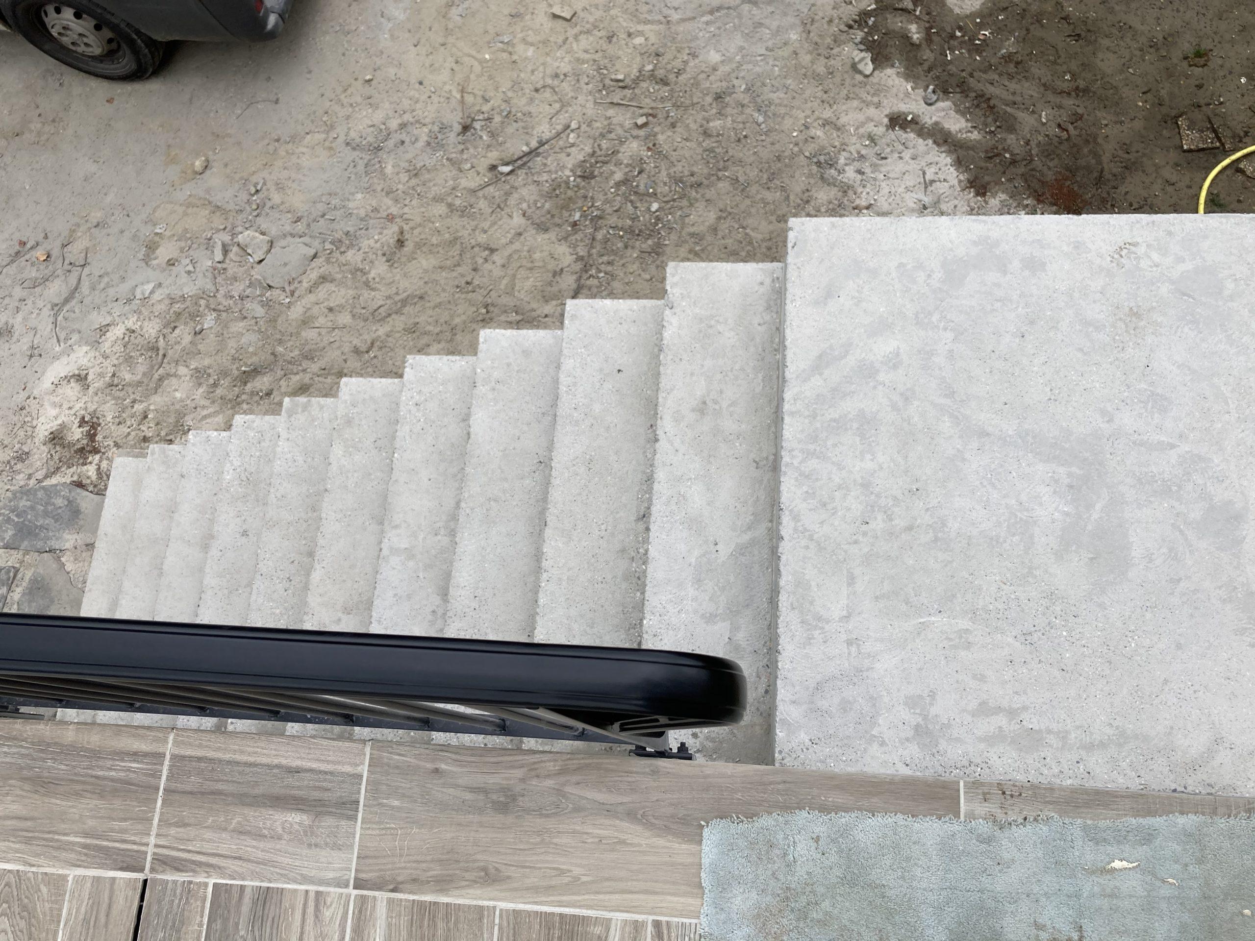 Escalier et palier d'arrivé en béton brut de décoffrage