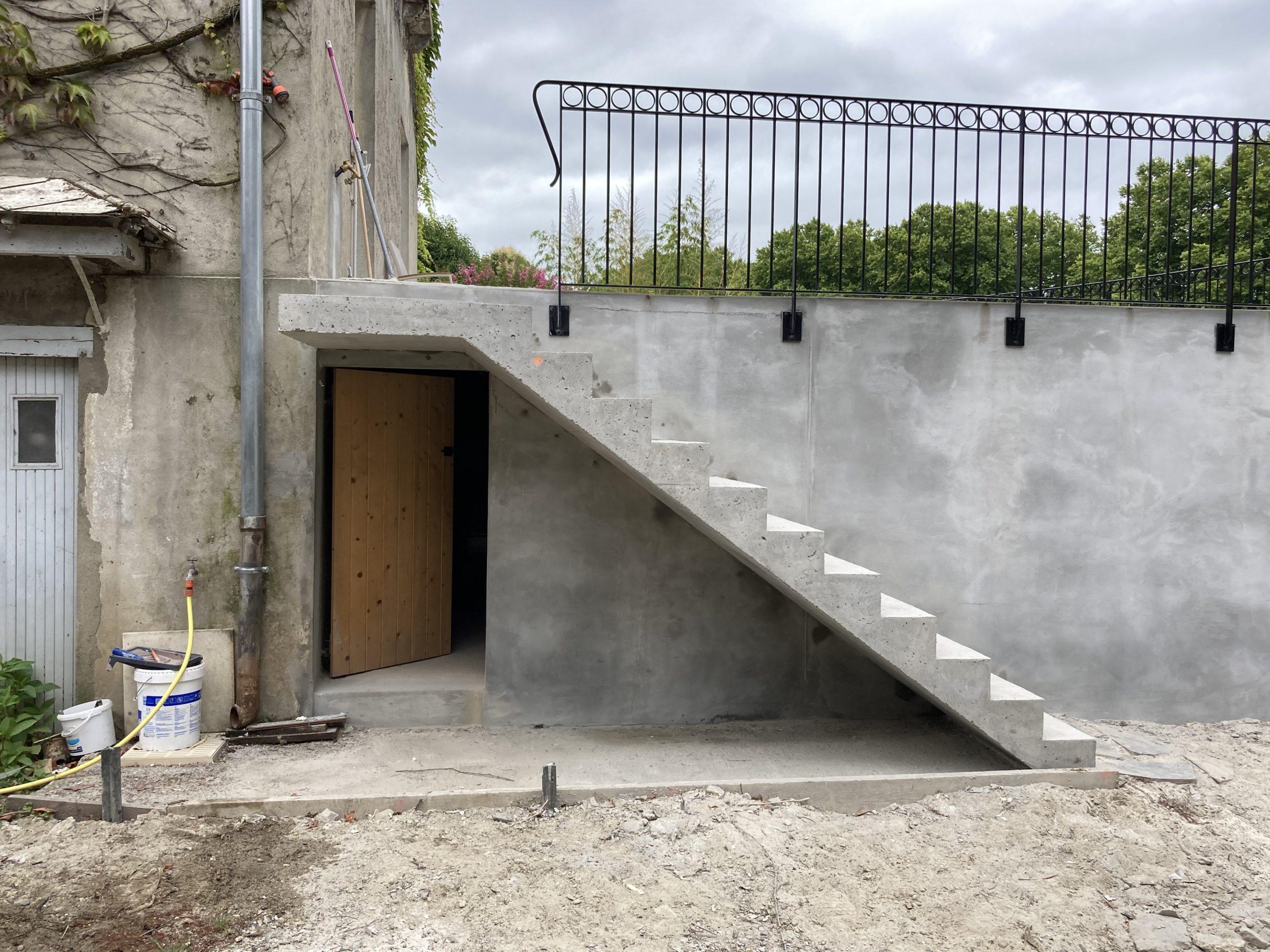 Escalier extérieur en béton près de Pau