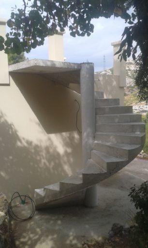 escalier béton extérieur hélicoïdal avec palier d'arrivé et fût central