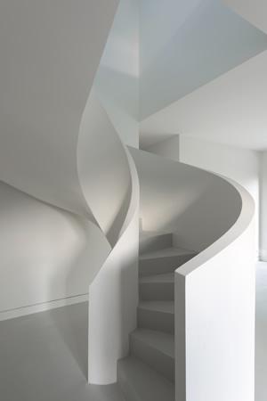 escalier hélicoïdal avec garde corps en béton