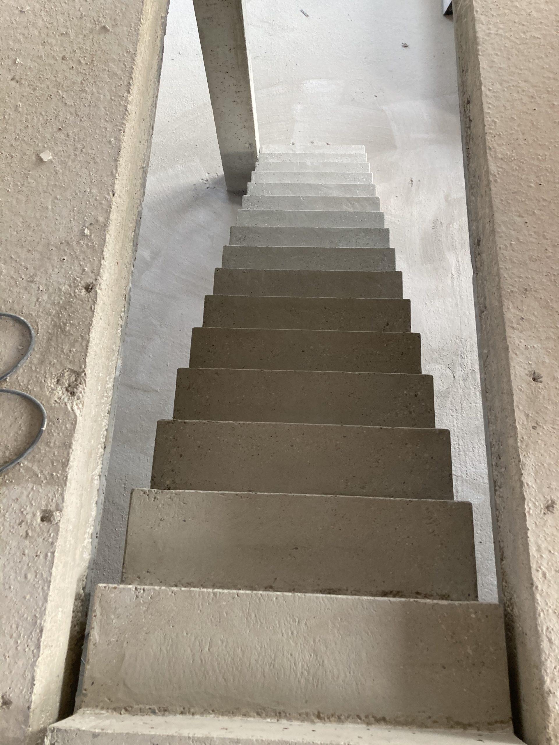 escalier intérieur béton  à crémaillère  d'une maison individuelle  en béton brut de décoffrage sur mesure à Brive près de Limoge  pour un particulier par Scal'in Limousin