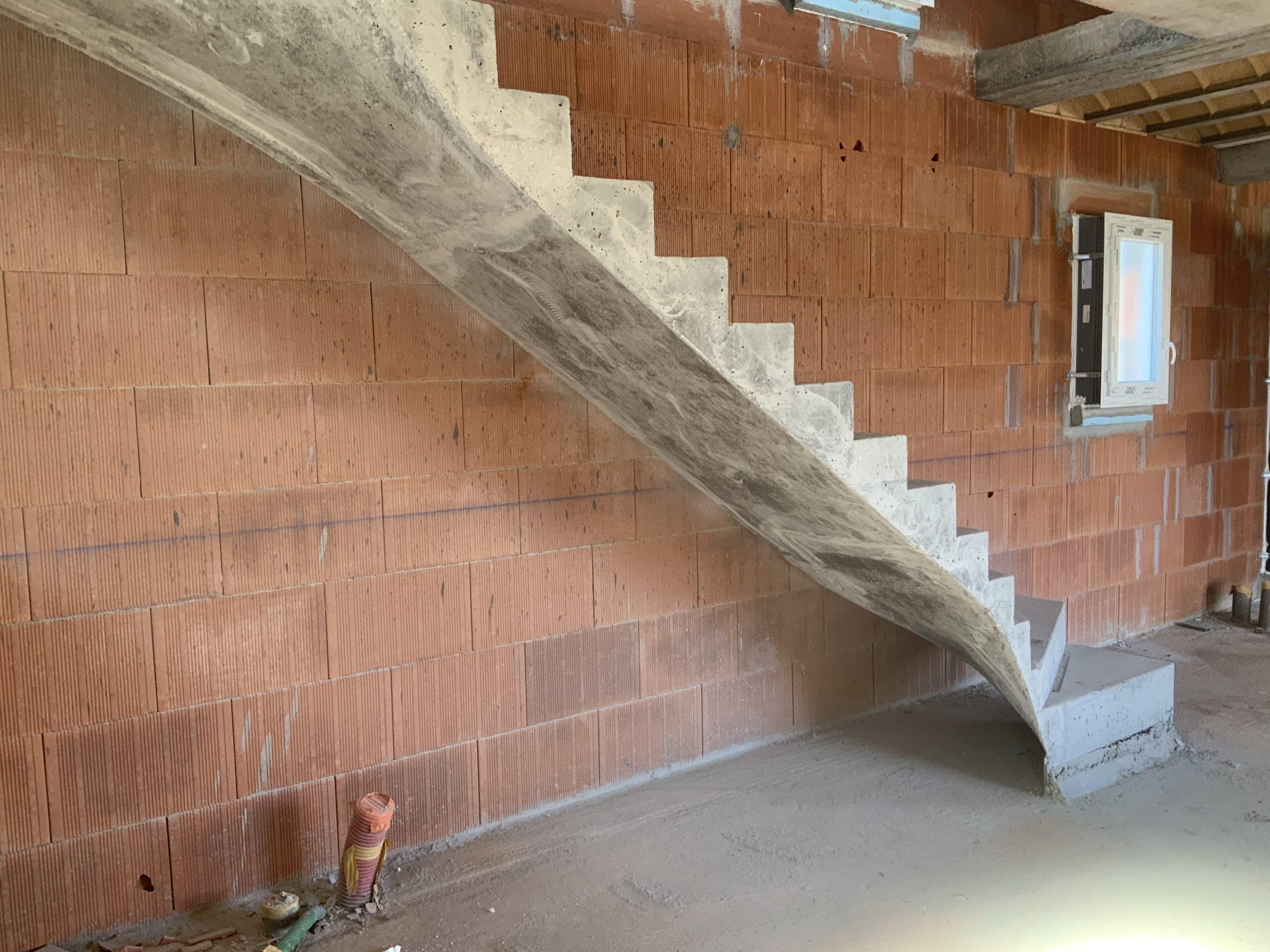 escalier intérieur béton  à paillasse   d'une maison individuelle  en béton brut de décoffrage  à saint aubin de Medoc  pour un constructeur Scal'in d Aquitaine