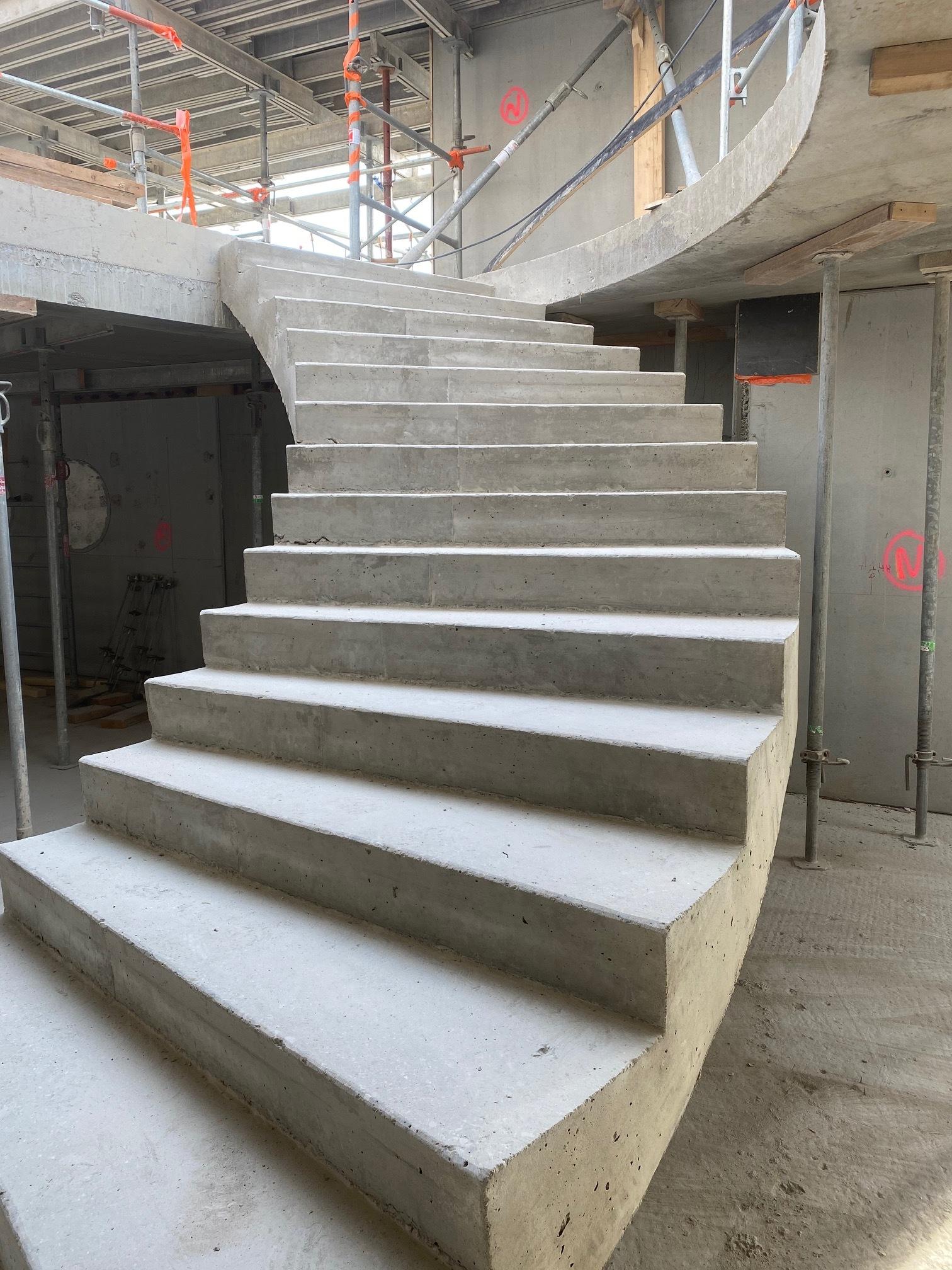 Escalier monumental en béton dans un musée dans les Bouches du Rhône