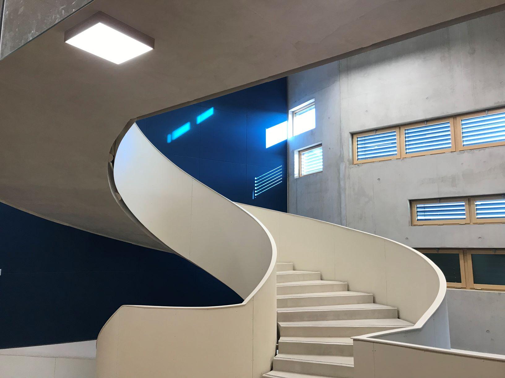 Escalier monumental hélicoïdal à paillasse crédit photo gard