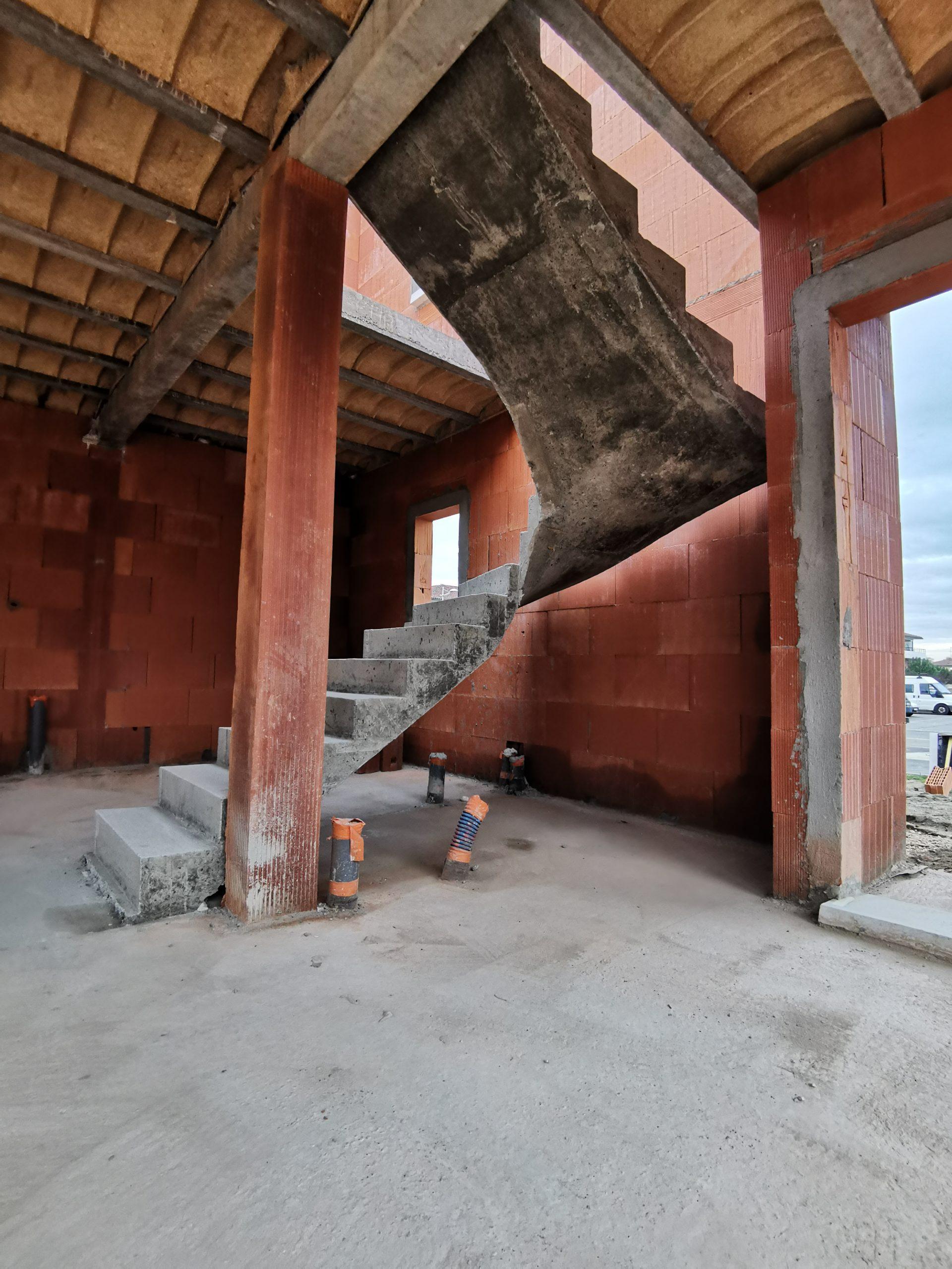 Escalier tournant dans une trémie carré