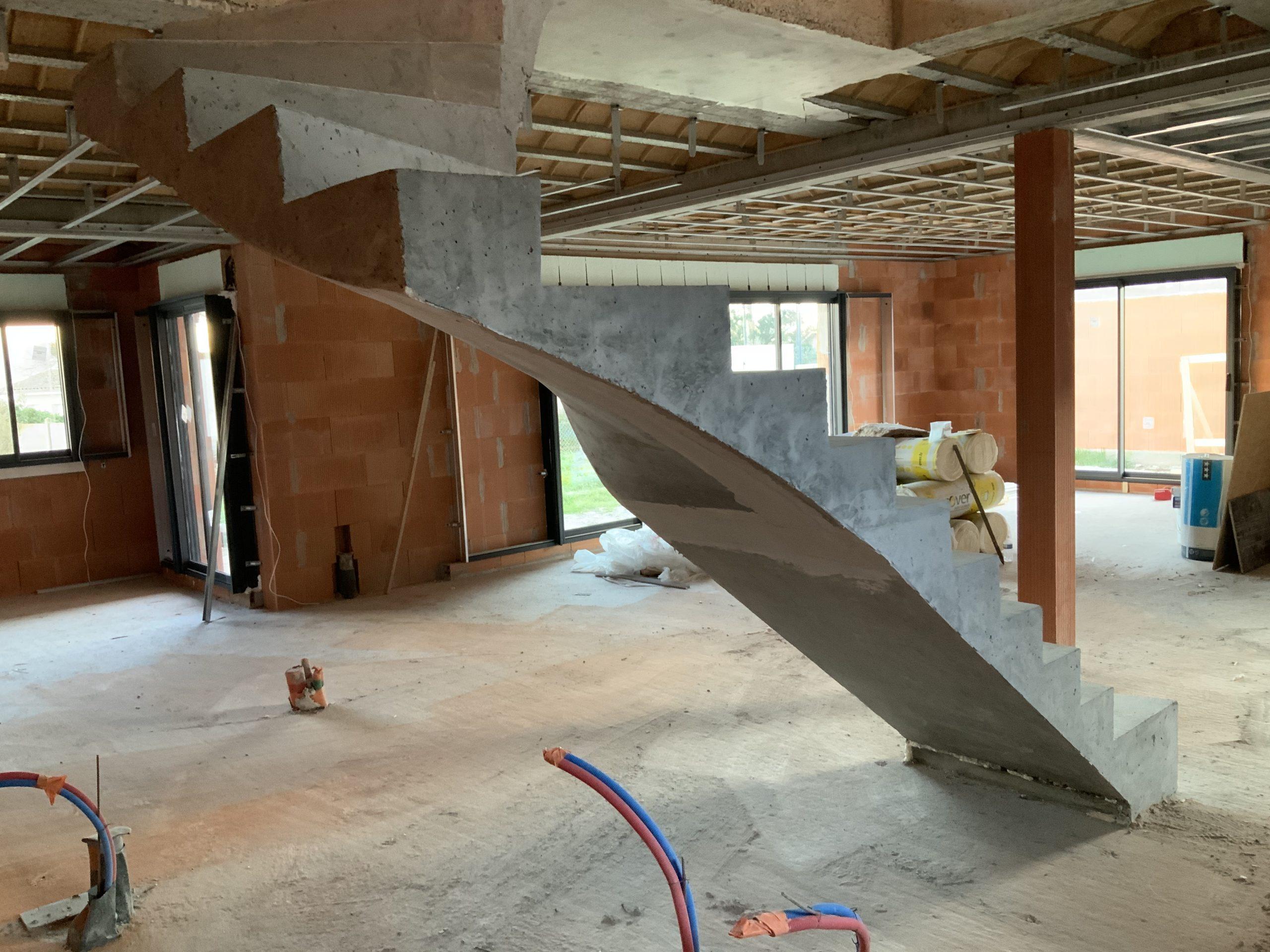Escalier tournant deux quart balancé suspendu dans une maison en brique