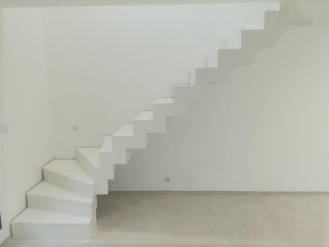 escalier un quart tournant en béton ciré blanc
