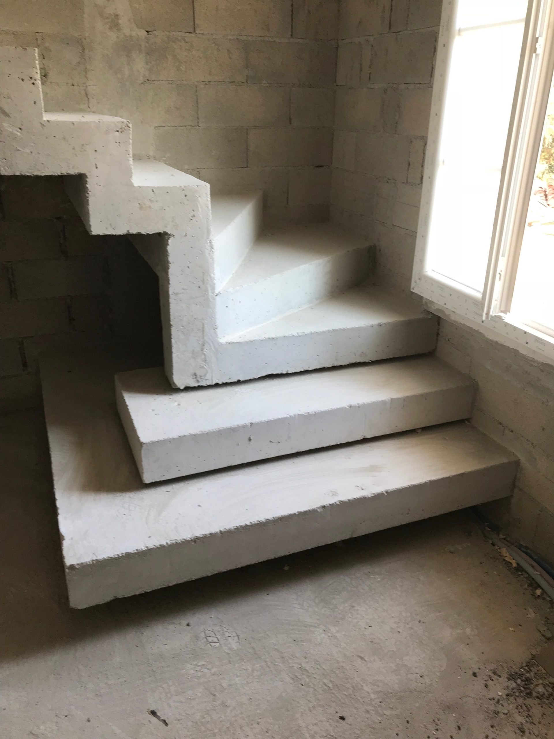 Fabrication d'un escalier béton à crémaillère un quart tournant avec les deux premières marches royales