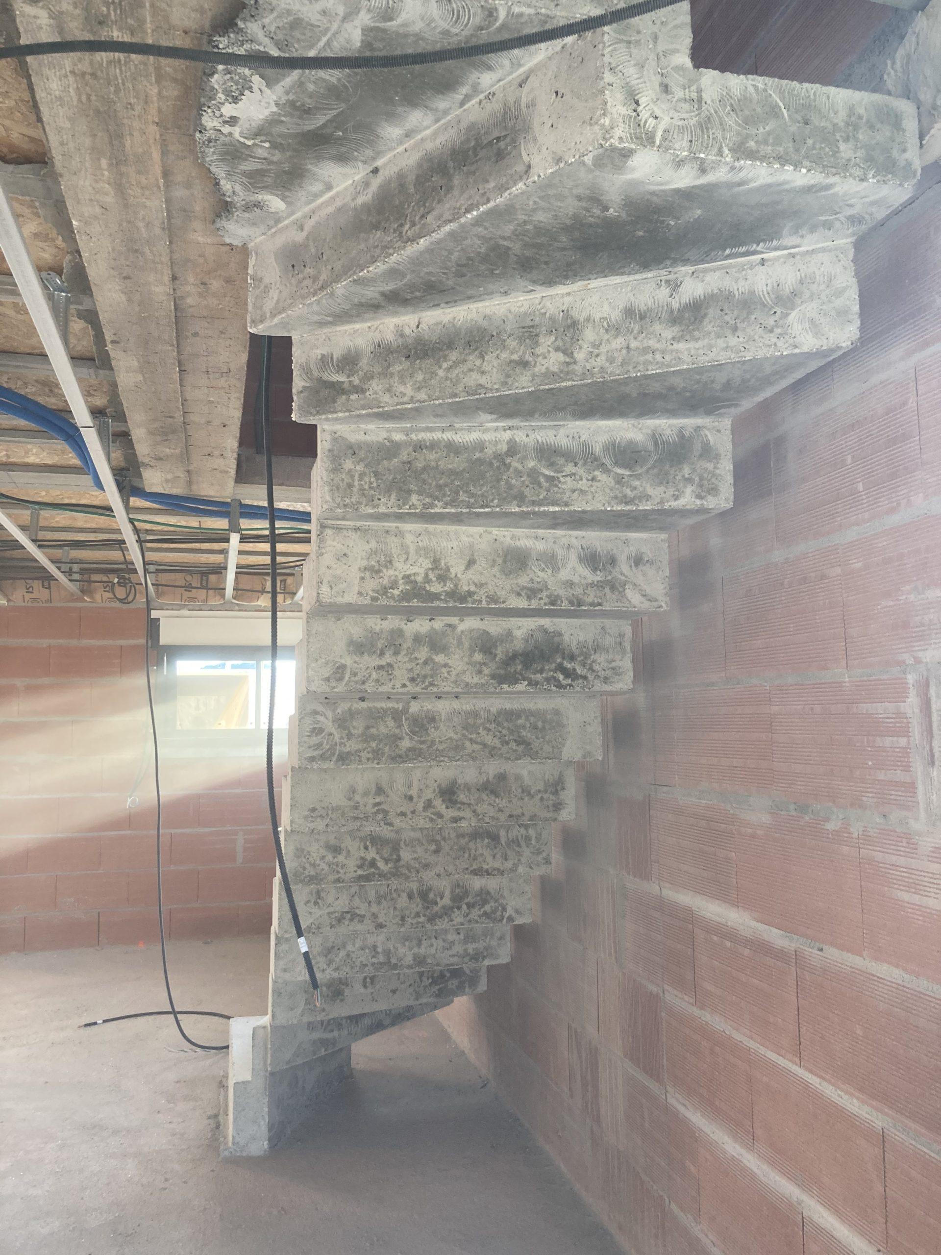 fabrication d'un escalier béton avec sous face en créneaux